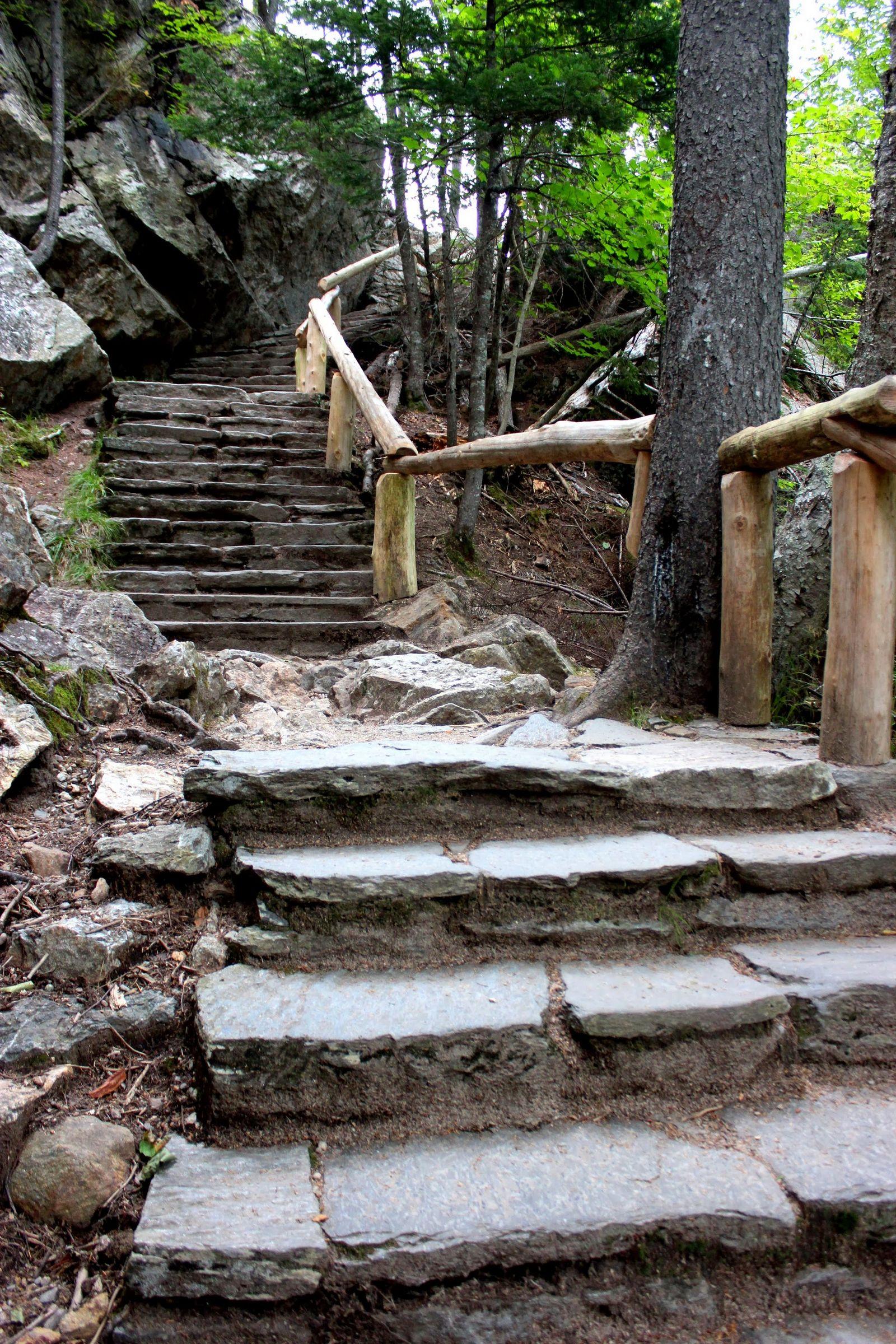 Las escaleras que acompañan a la cascada