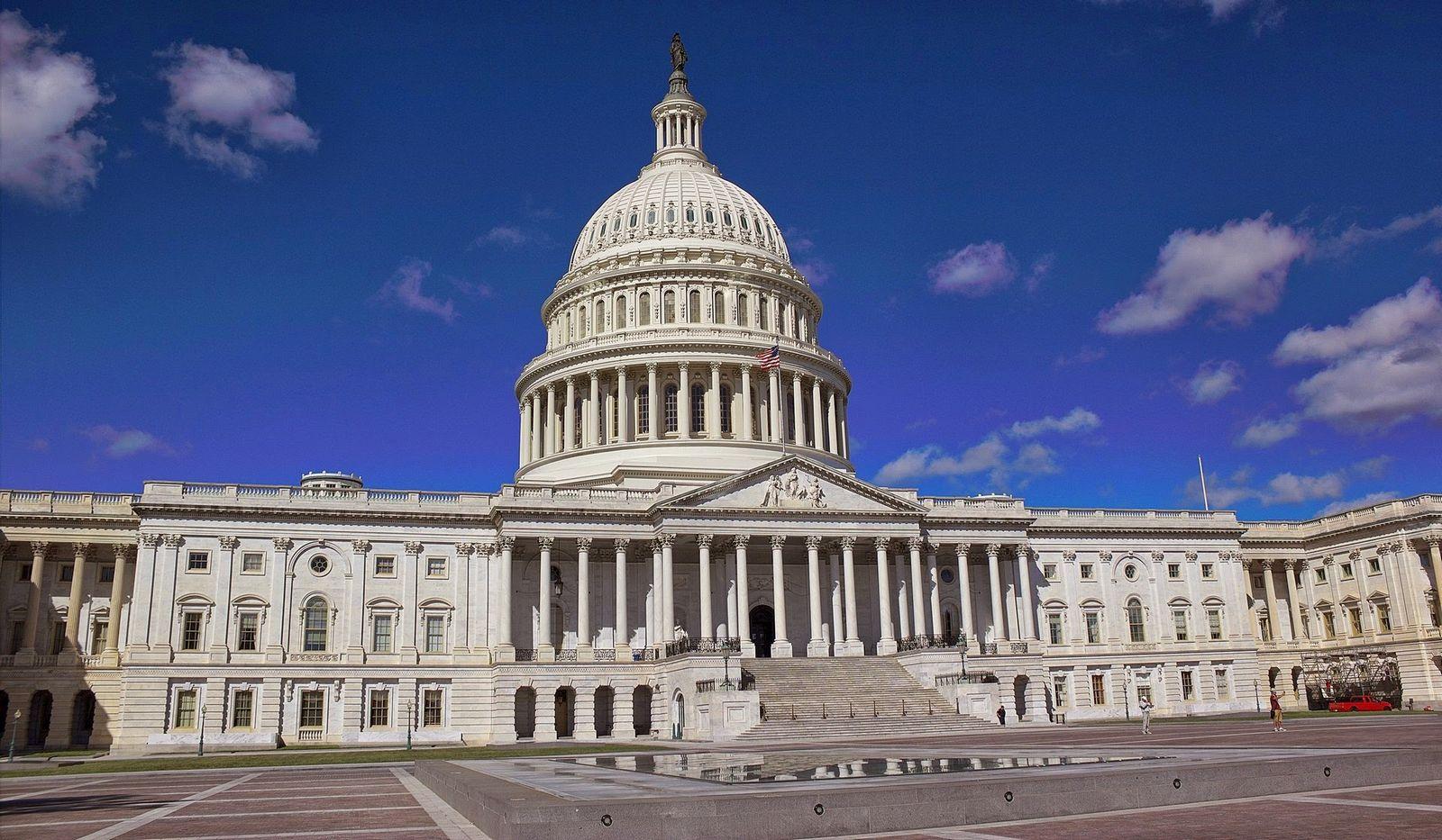 La fachada este del Capitolio, enorme y reluciente