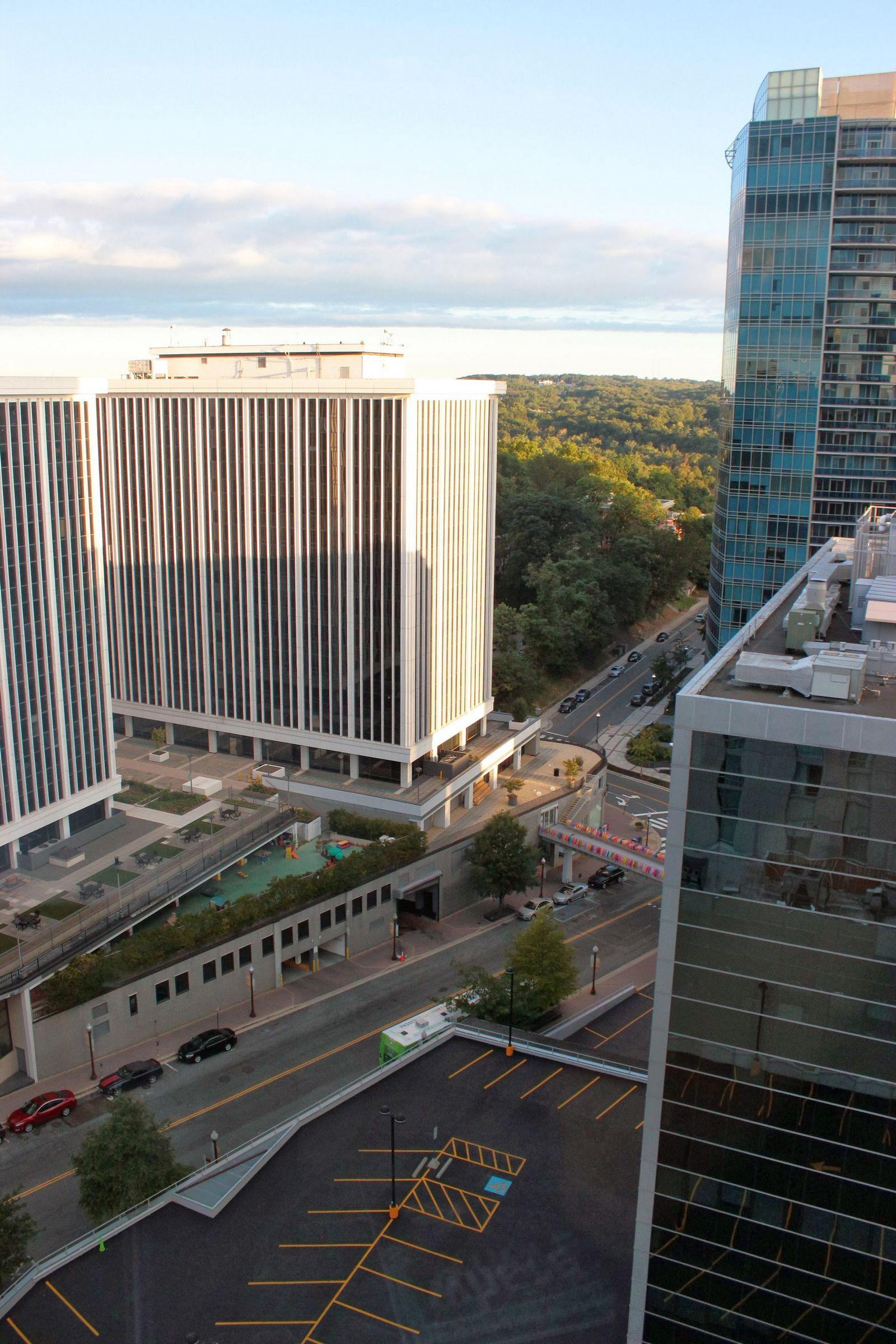 El edificio de la izquierda es el de Operativa Gubernamental de Boeing