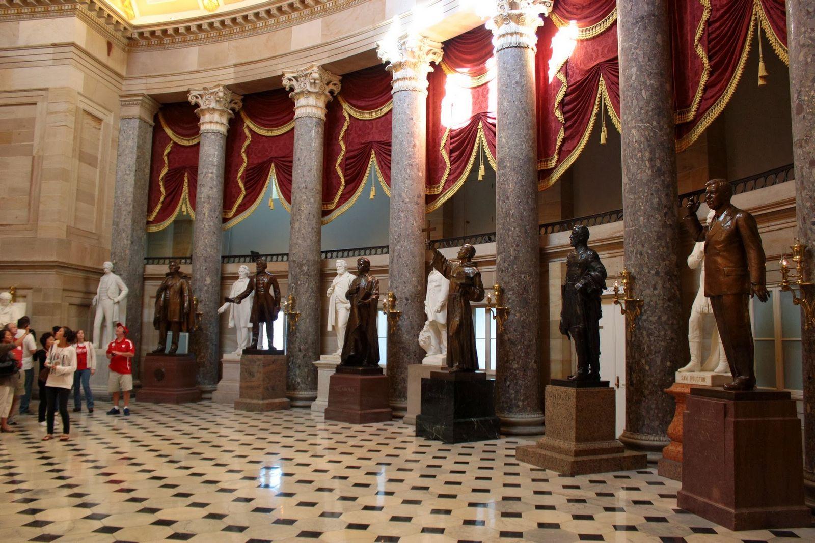Unas cuantas de las estatuas del almacén