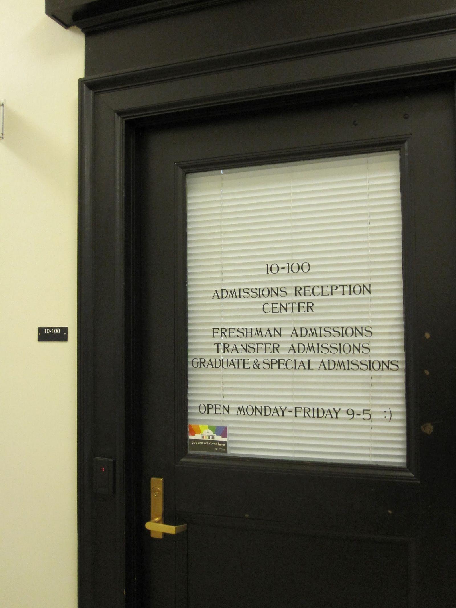 Oficina de admisiones, ojo al detalle del emoticono final
