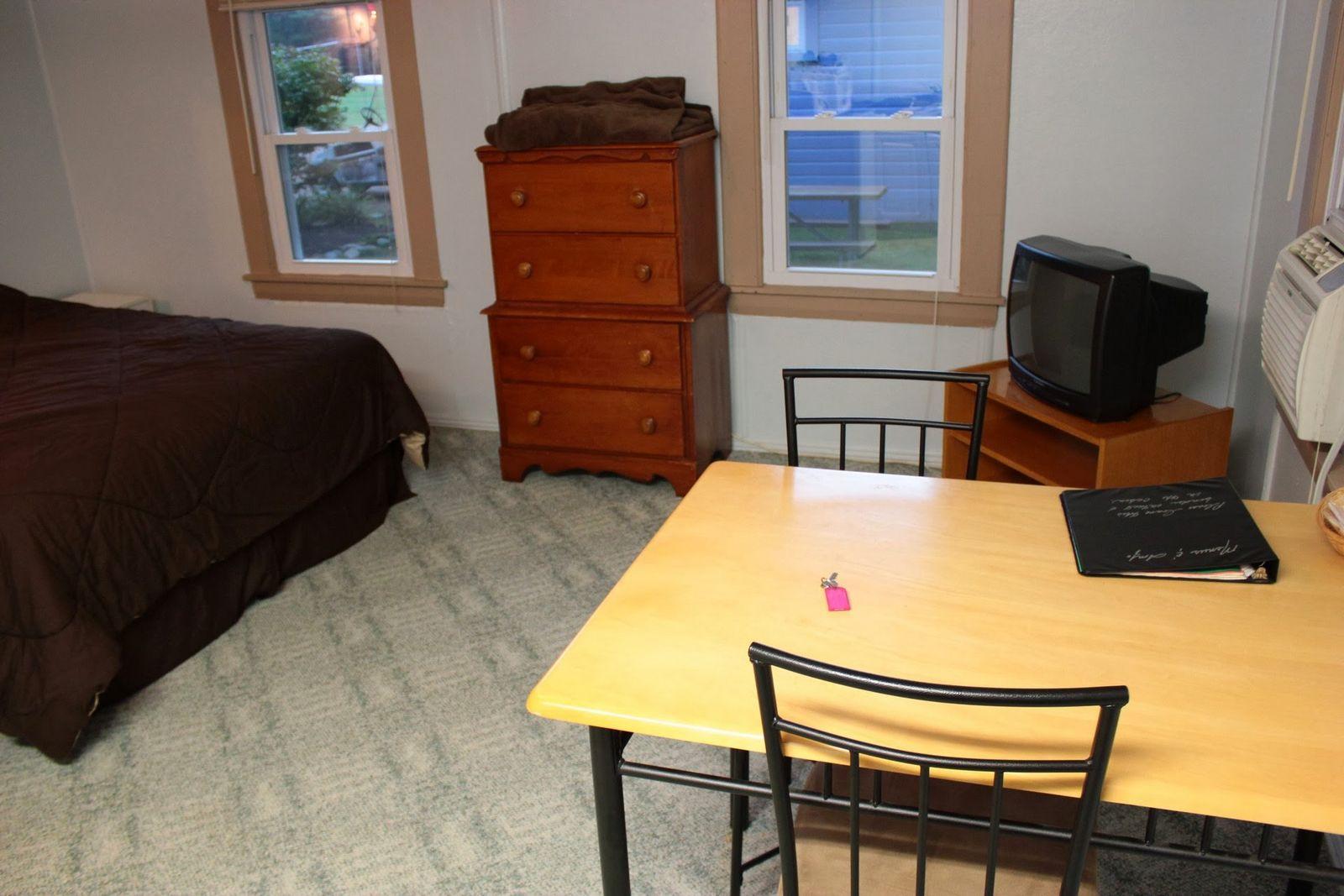 Mesa, cama, calefacción y hasta un televisor