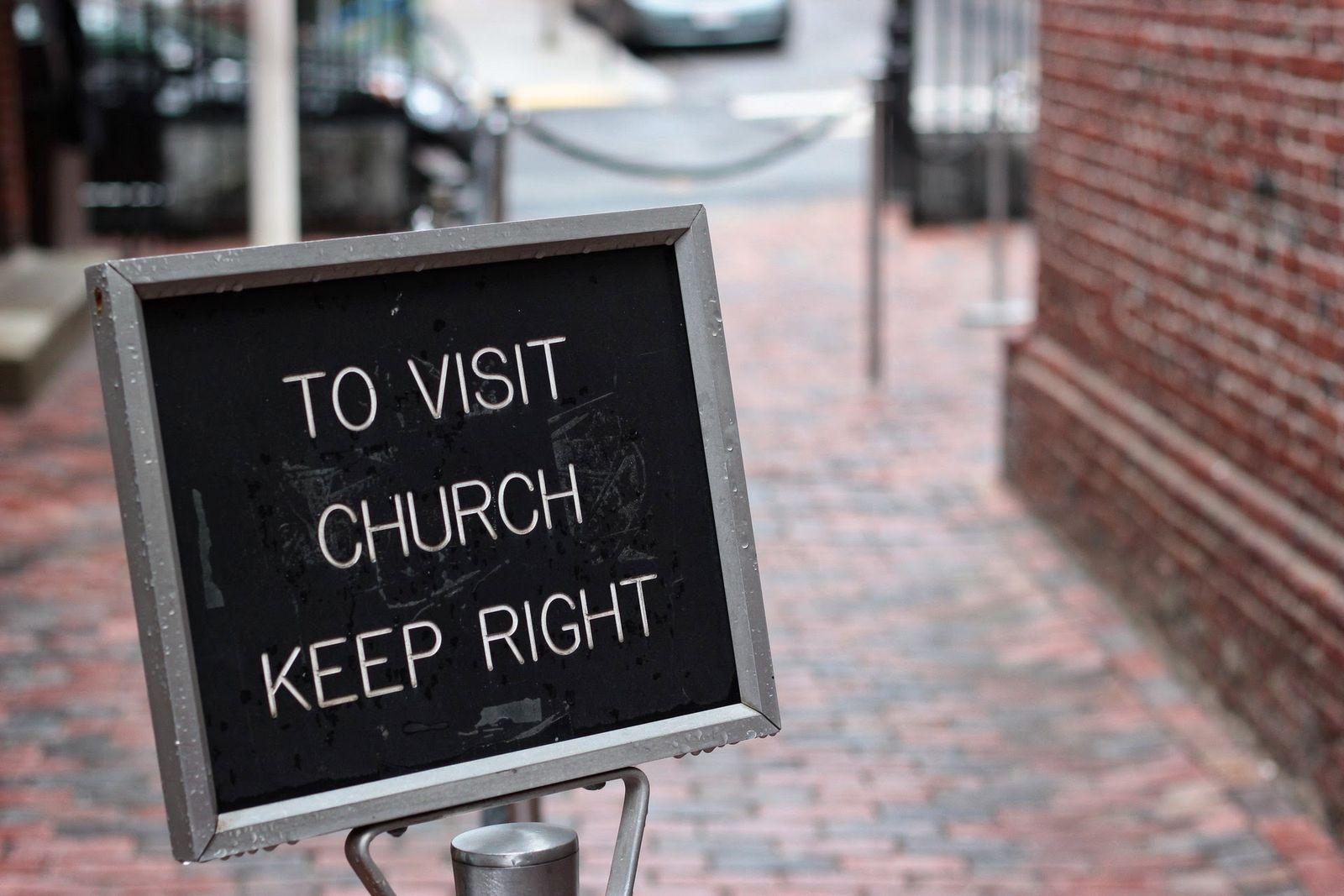 La iglesia, siempre a la derecha