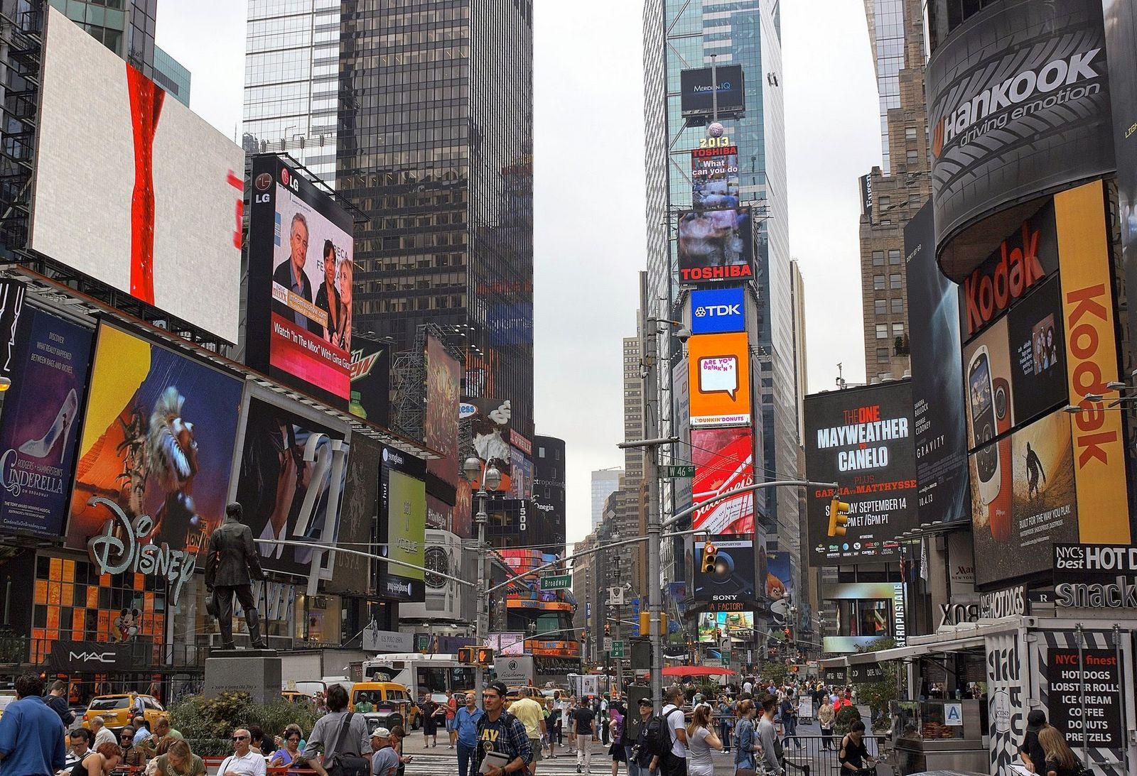 Al hacerla peatonal, ahora en lugar de coches está abarrotada de gente