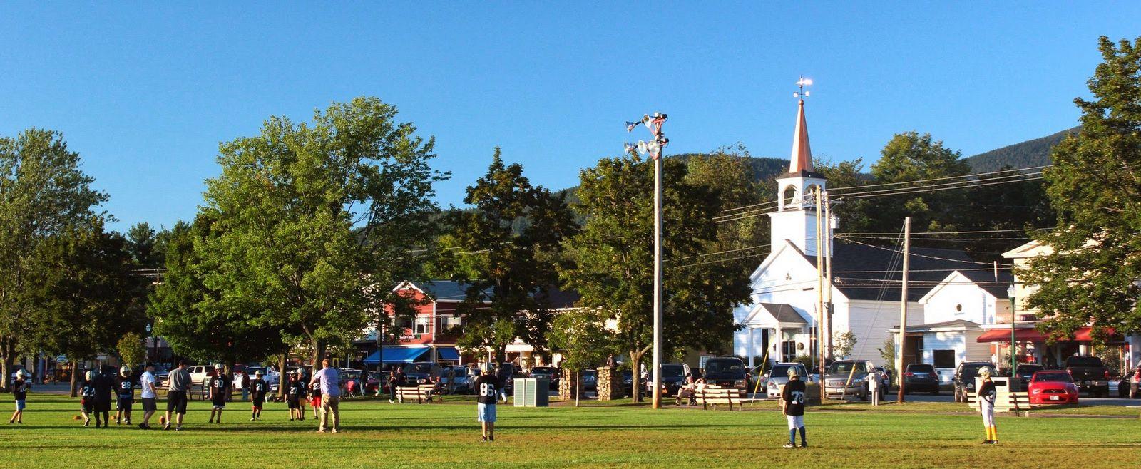 Iglesias, parques y niños jugando a football
