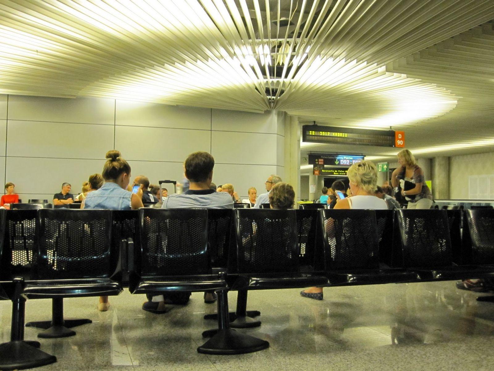 Esperando el embarque sentados. Imposible con Ryanair