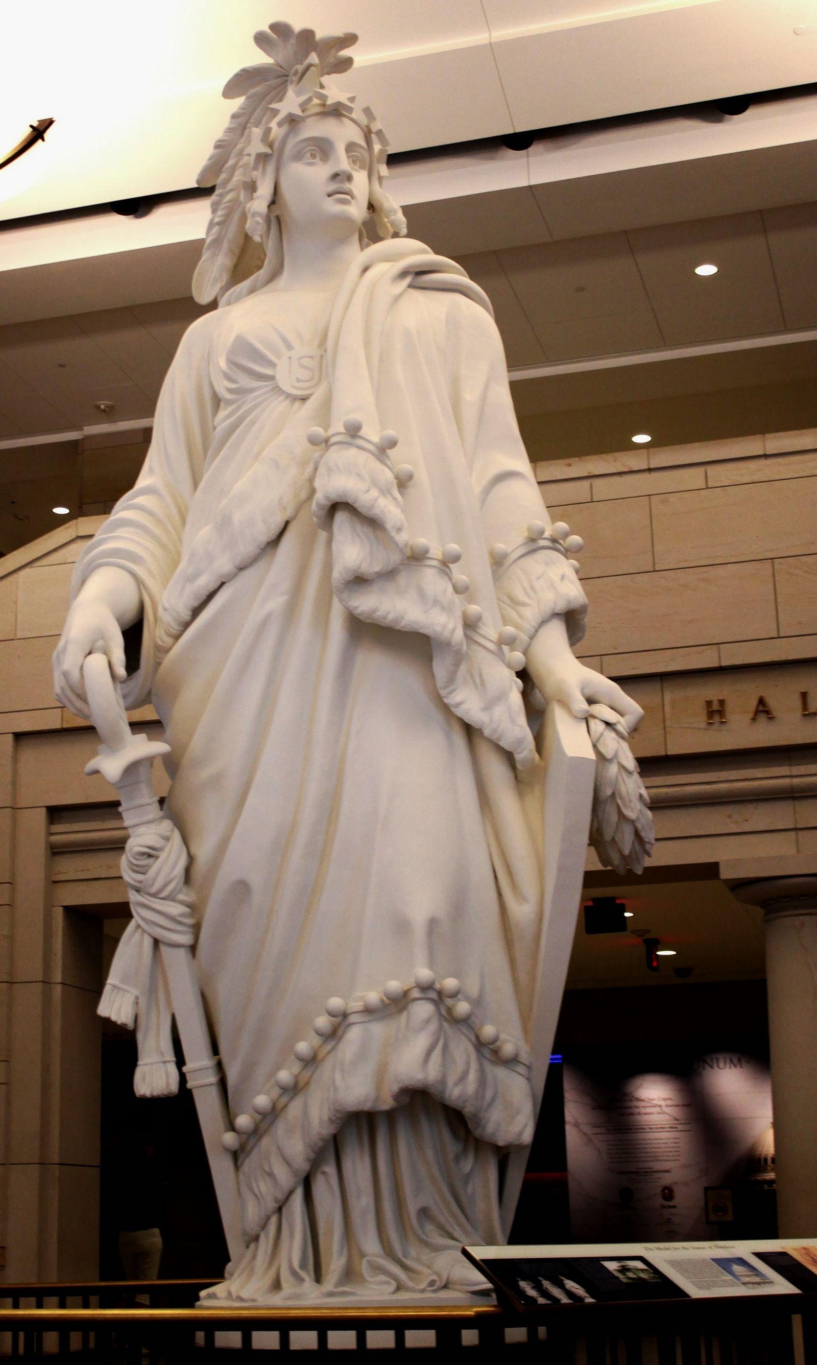 Modelo de la Estatua de la Libertad que corona la cúpula