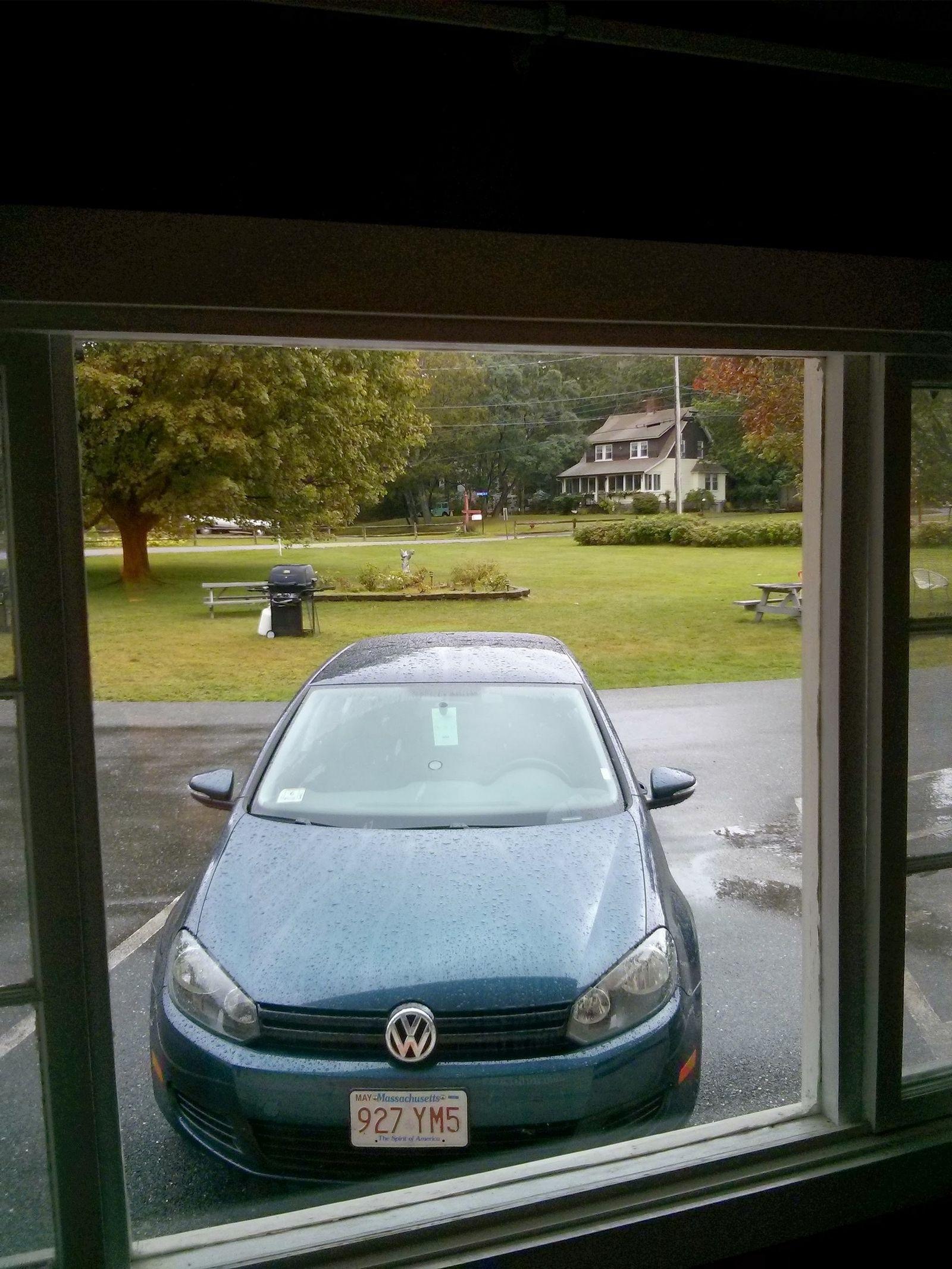 El agua sobre el coche no es por el rocío de la mañana