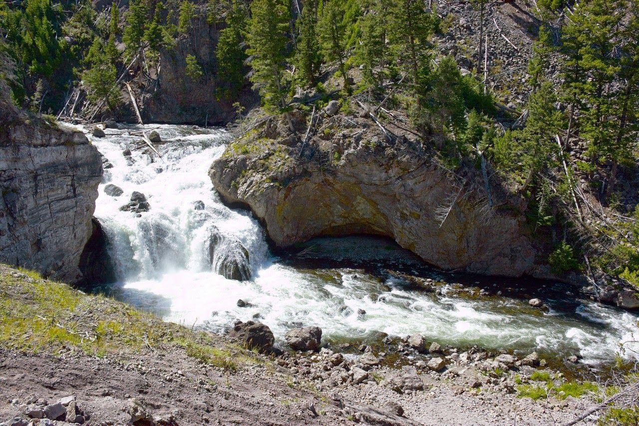 Su agua procede del Madison Lake y se dirige hacia el Gibbon River