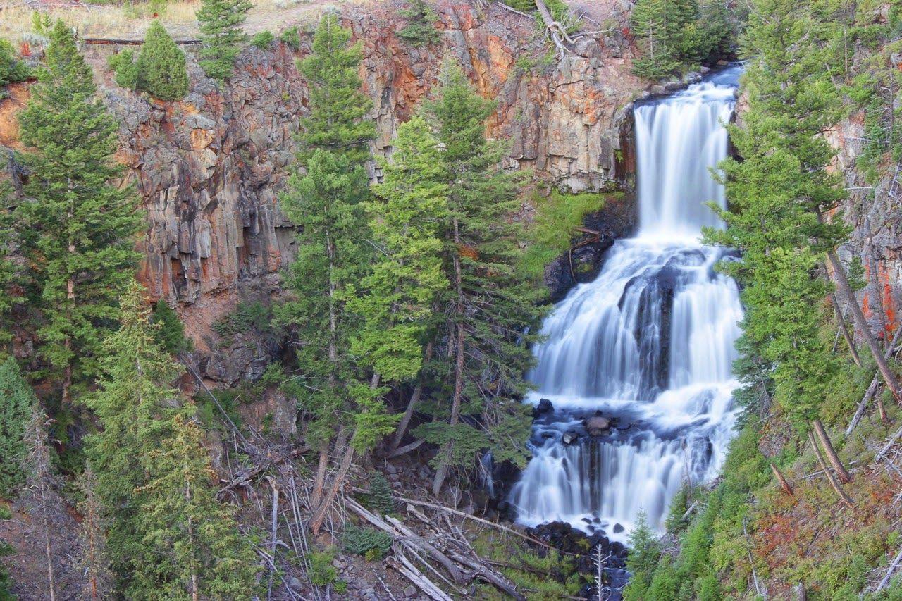 El flujo incesante de agua en las Undine Falls