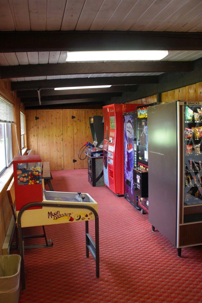 Una sala de máquinas recreativas para los huéspedes