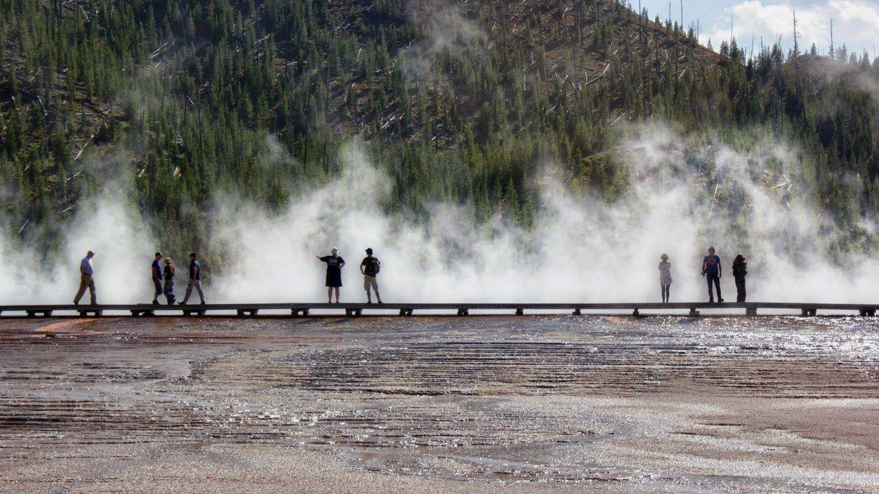 Turistas envueltos en el vapor de la Grand Prismatic