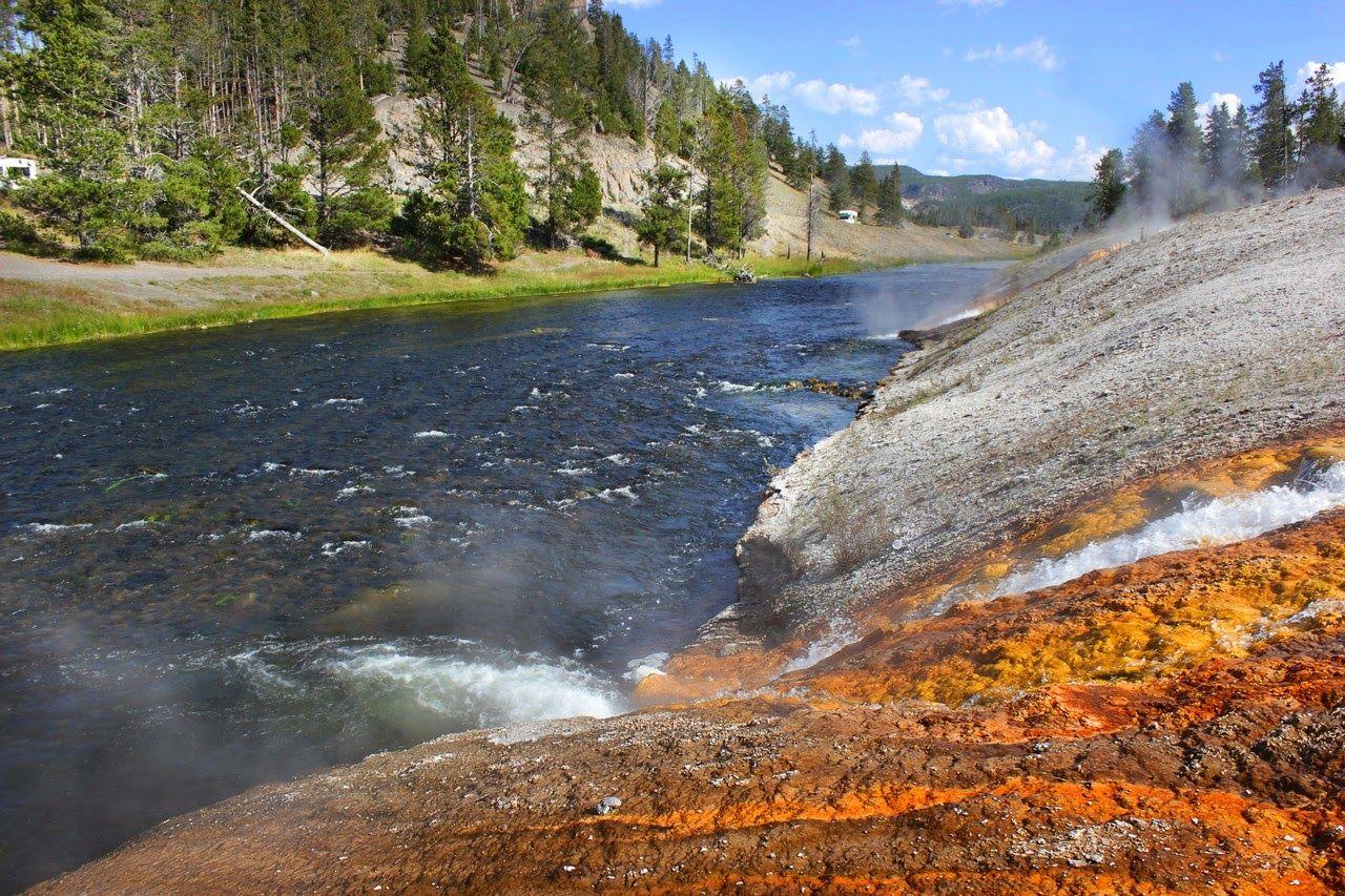 Agua caliente y fría chocando en el Firehole River