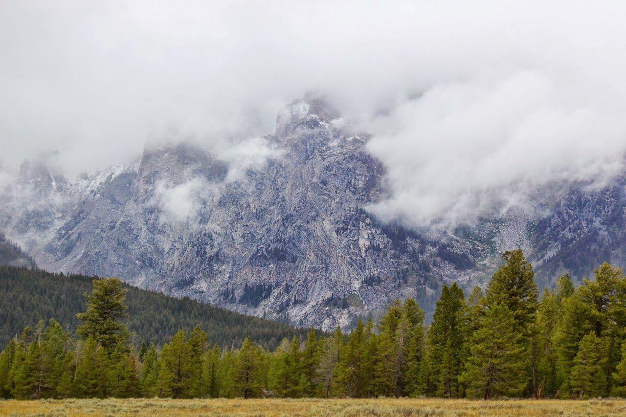 Y al fin empezamos a vislumbrar el pie de algunas montañas