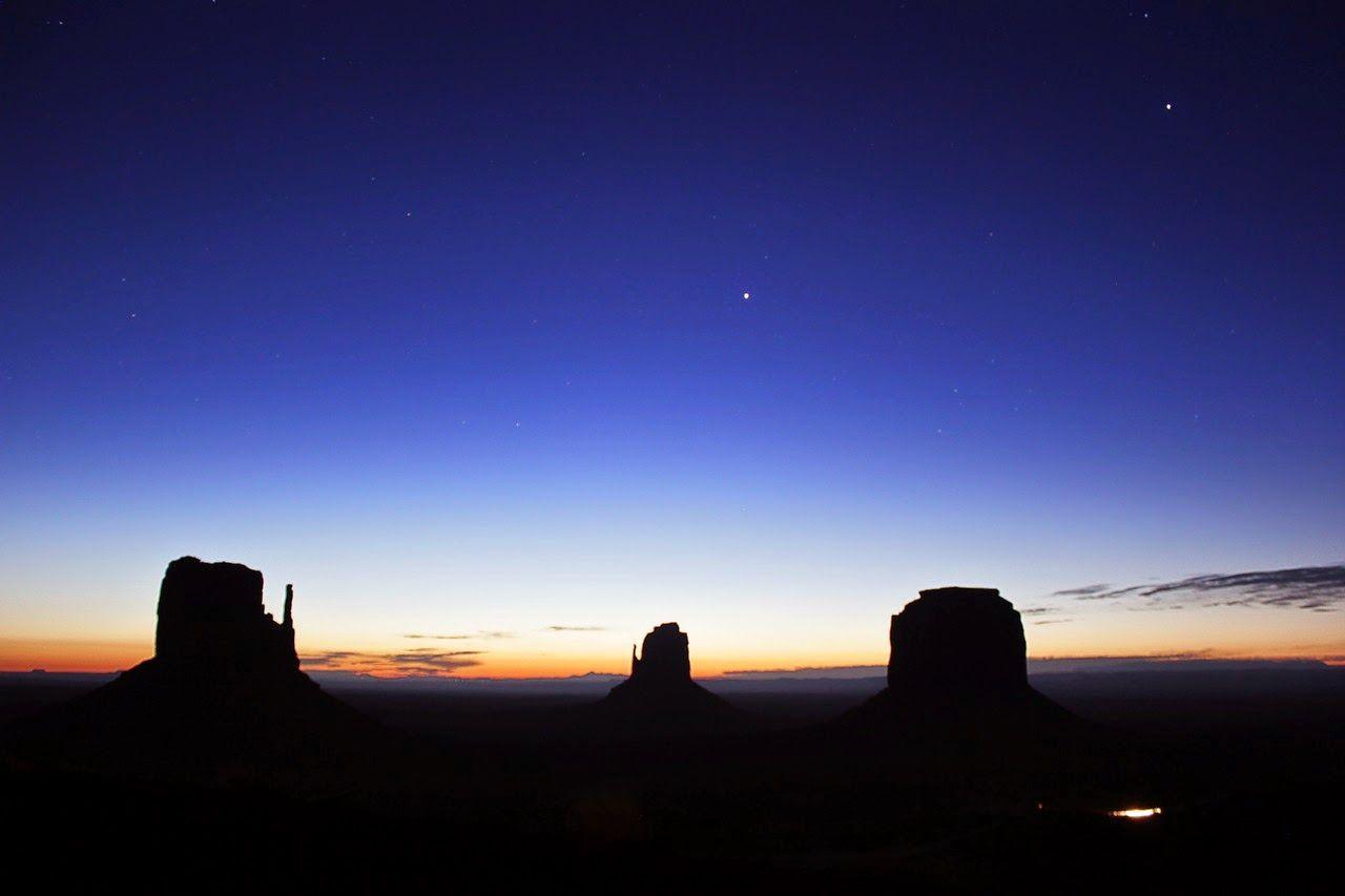 La primera luz del día convive con las estrellas