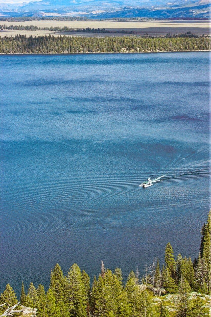 Los barcos no dejan de ir y venir por el Jenny Lake