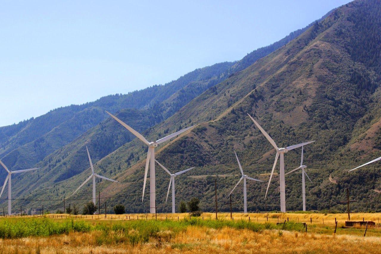 Molinos de viento entre montañas