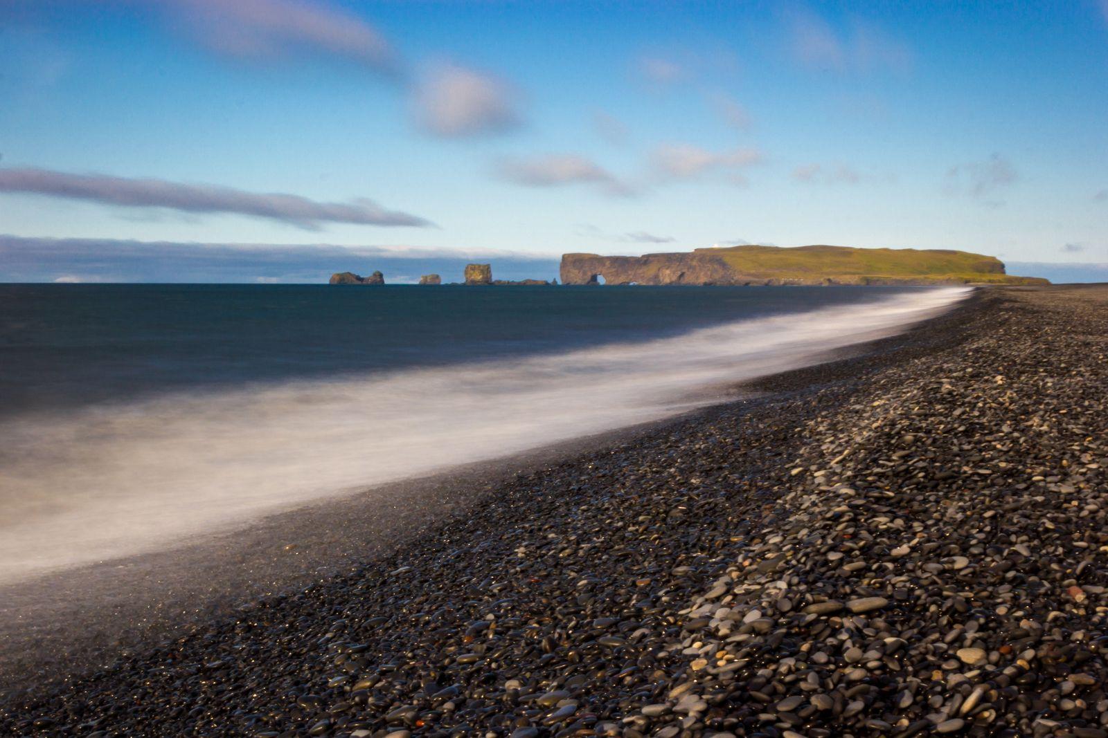 Las olas acompañadas por Dyrhólaey