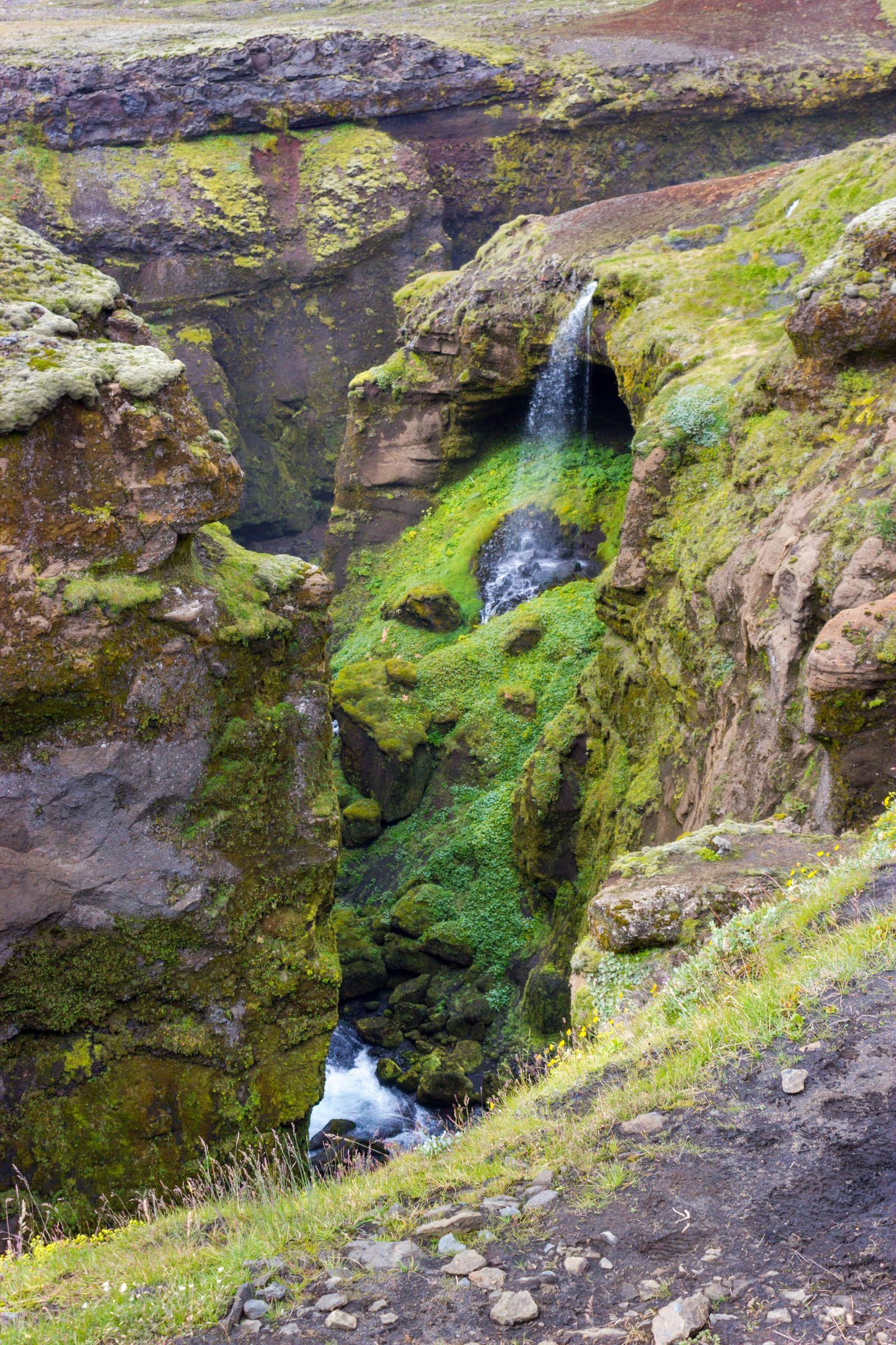 El río se esconde en un estrecho cañón