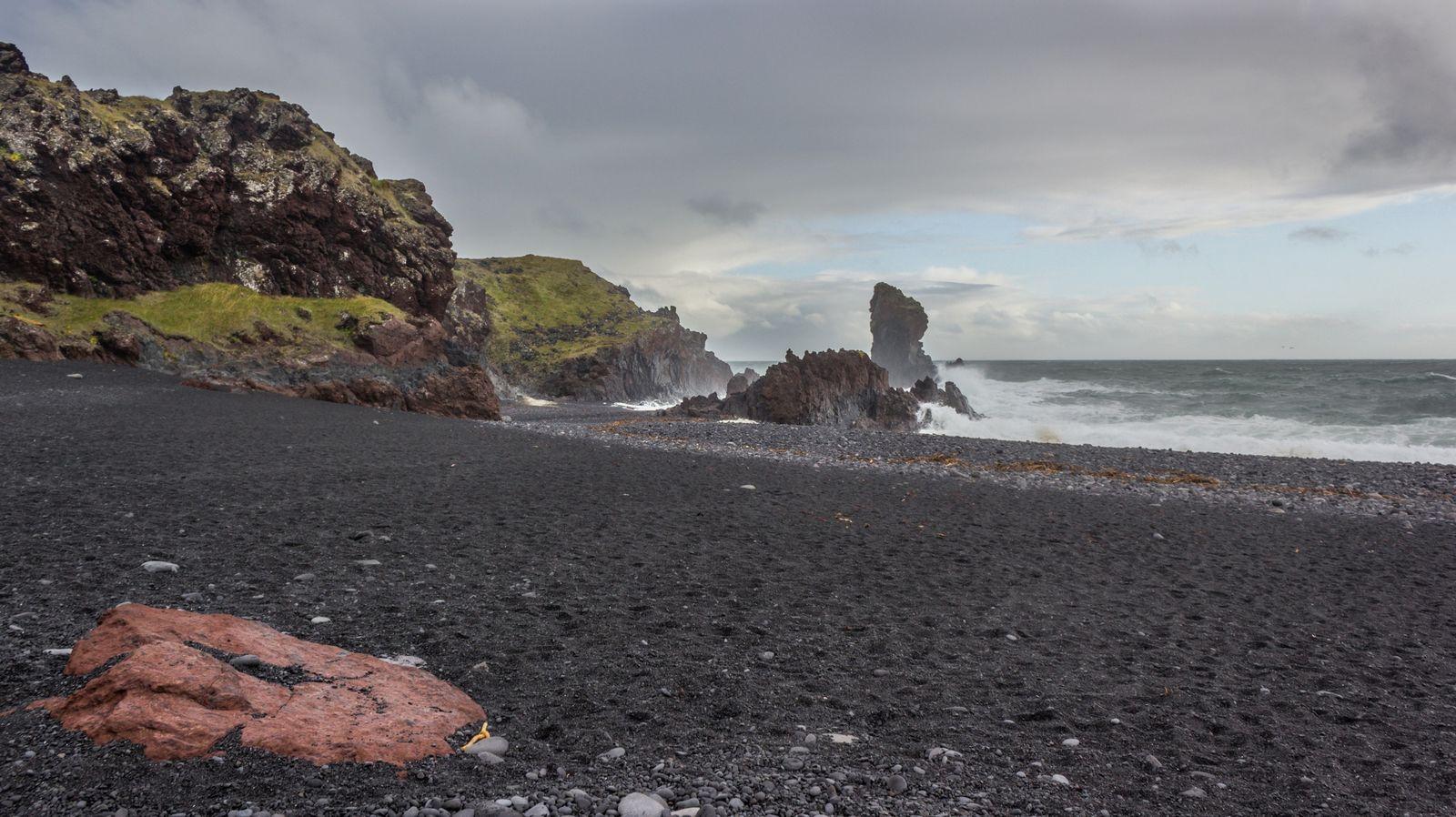 Nuevamente arena y rocas negras