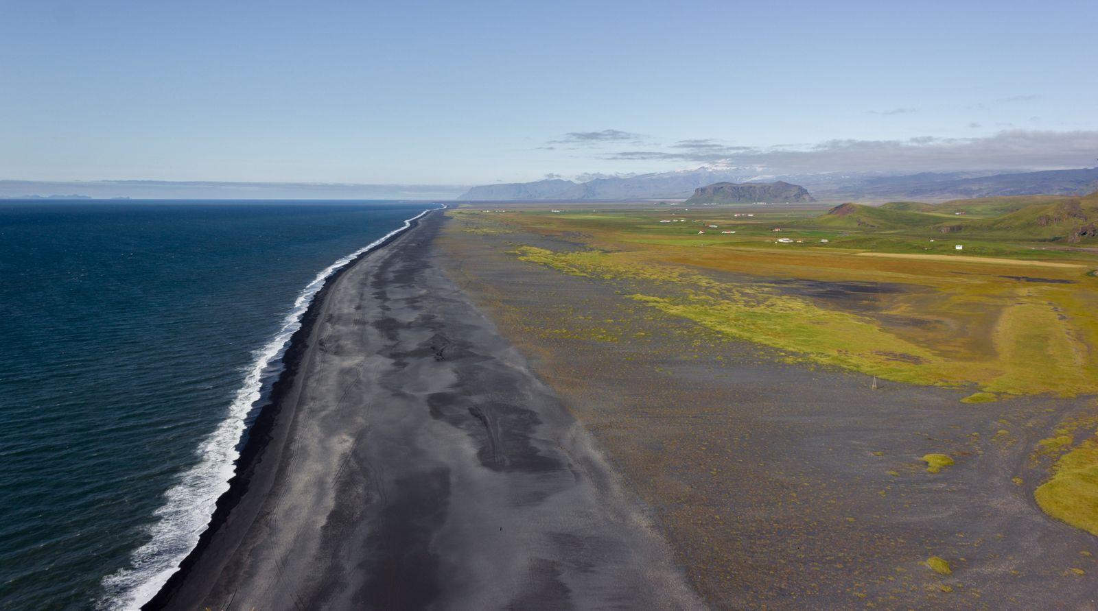 Una nueva y enorme playa negra, ésta inaccesible