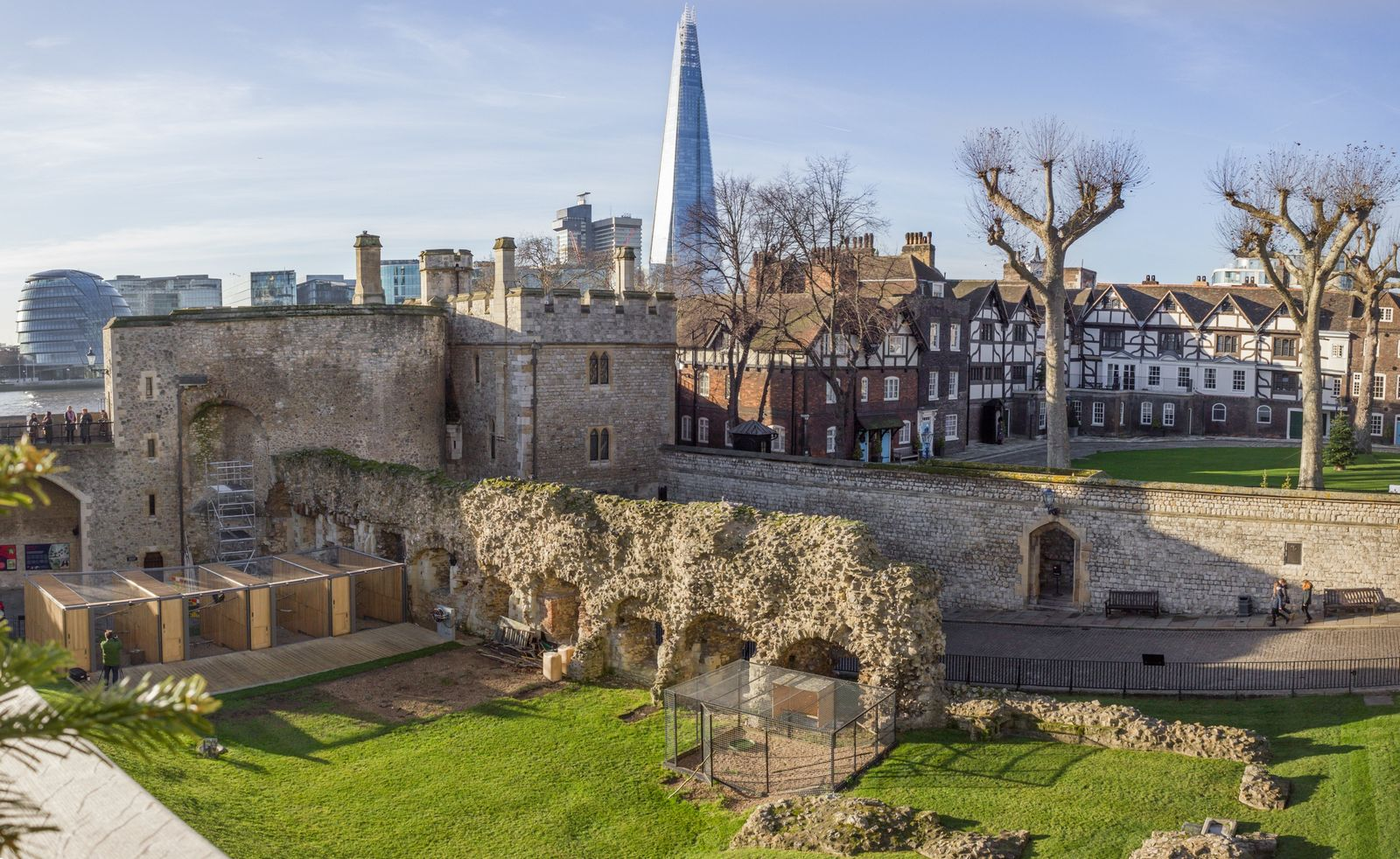Los patios de la fortaleza con The Shard al fondo