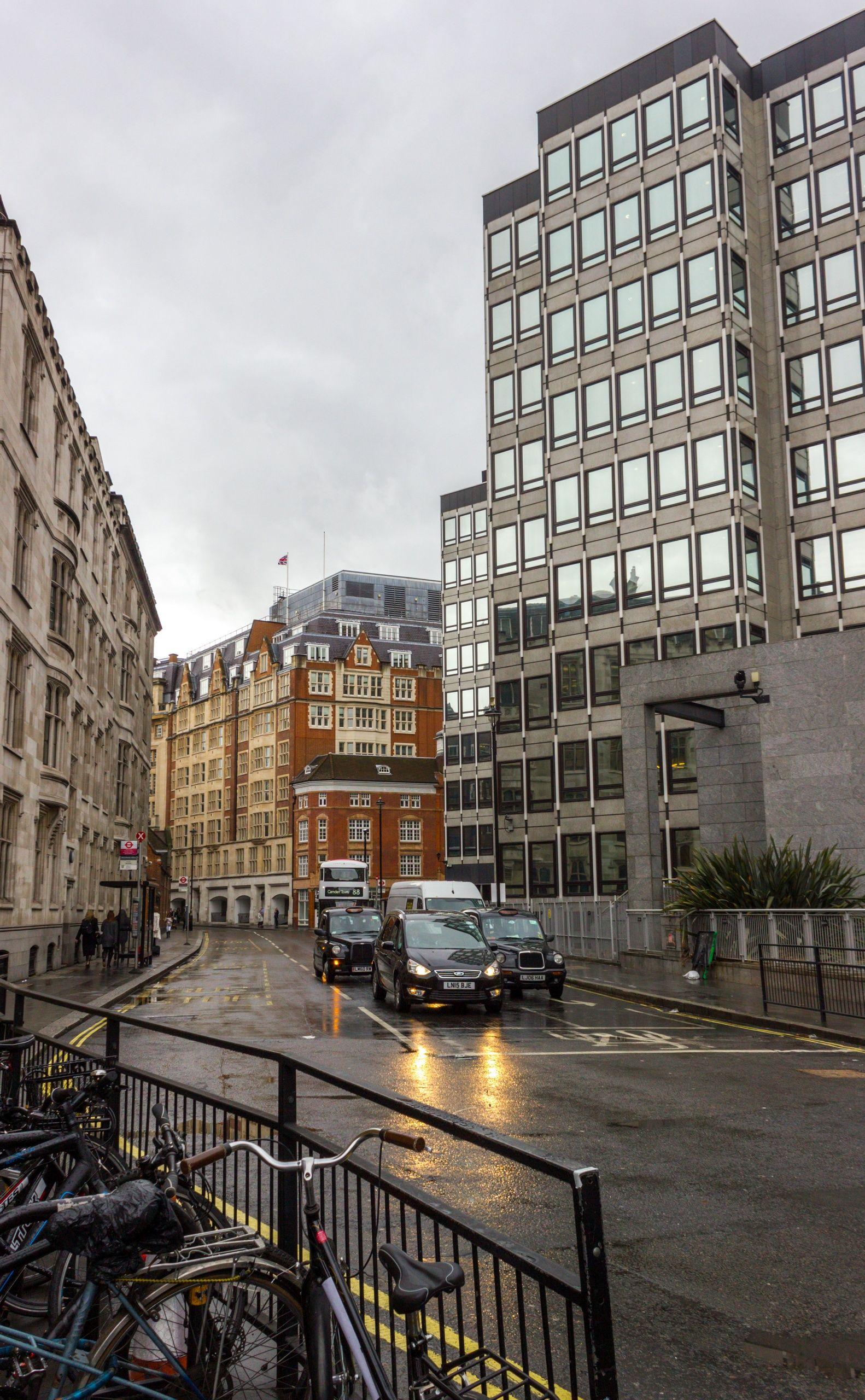 La mojada calle de Victoria Street