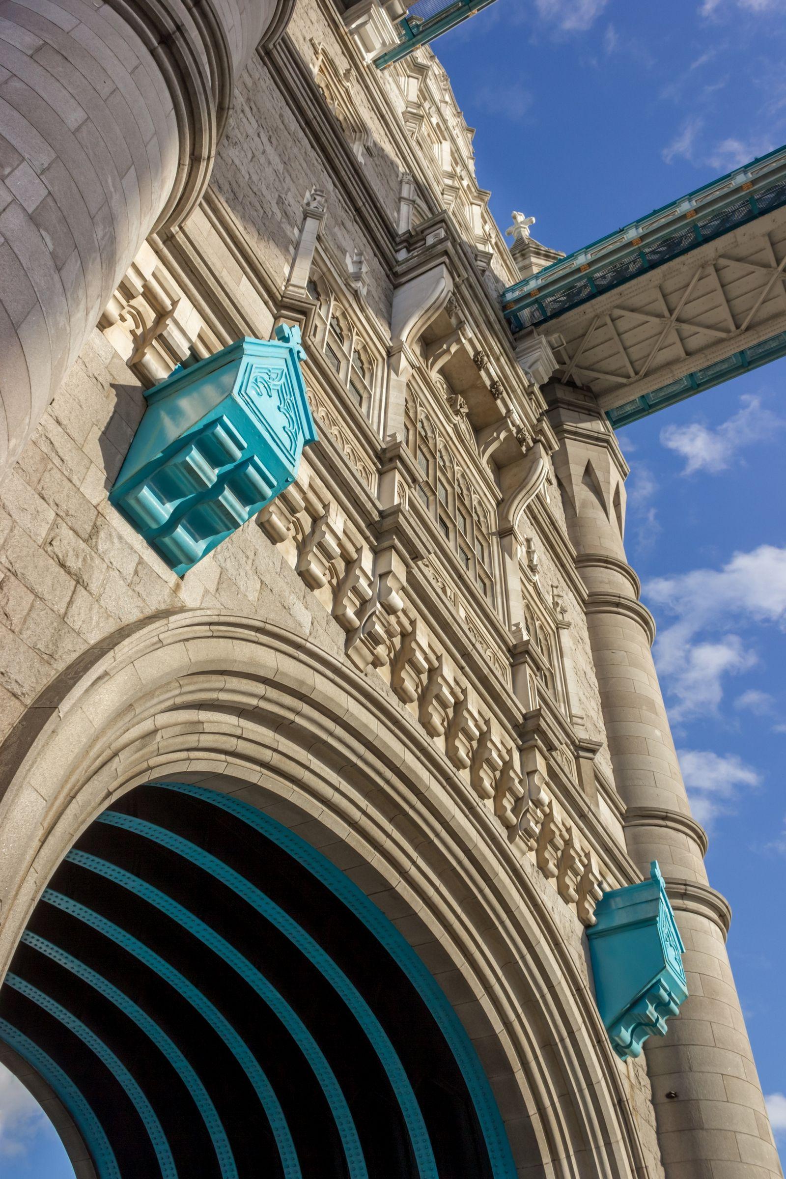 Detalles en una de las dos columnas del Puente de la Torre