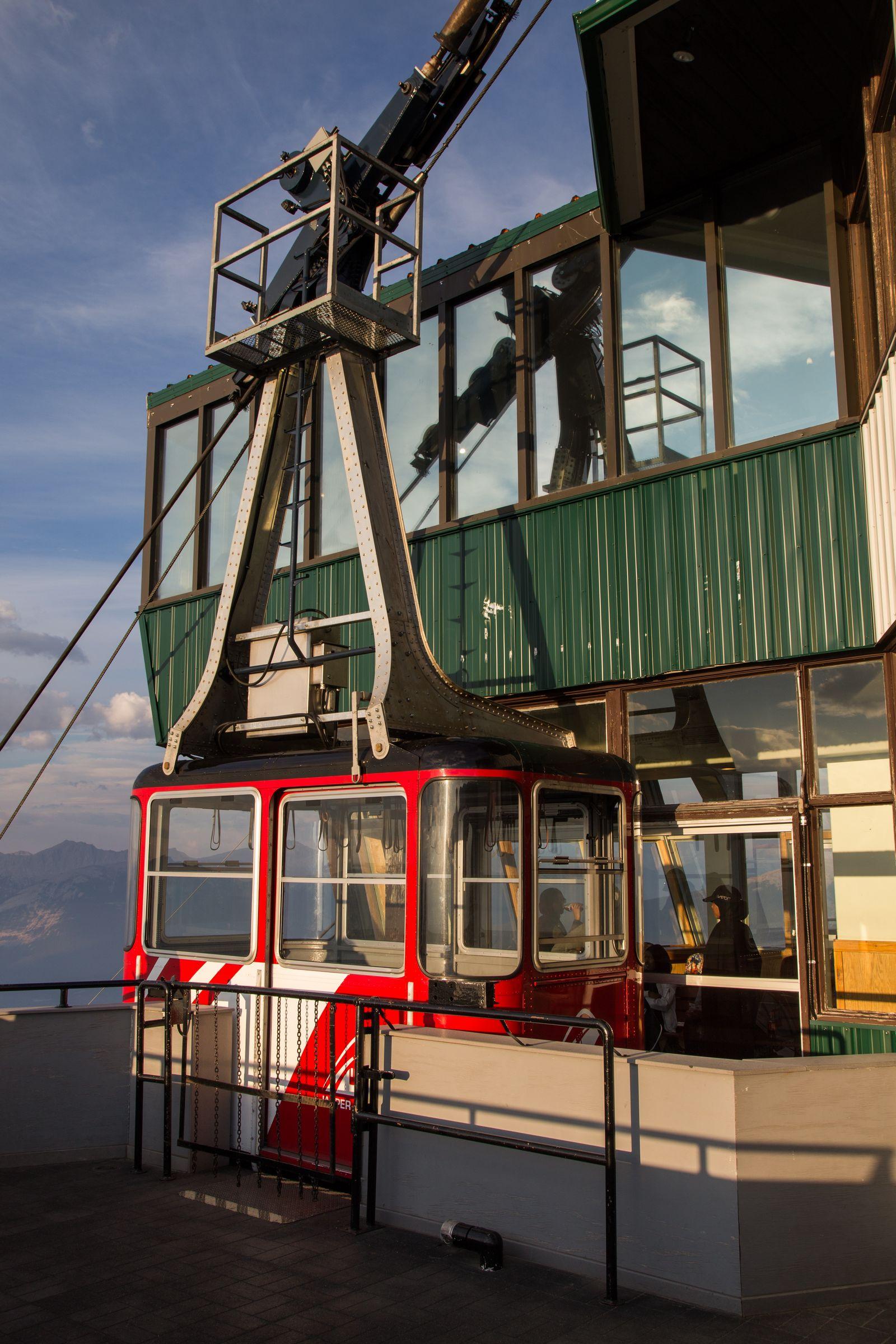 Una de las cabinas esperando el momento de descender