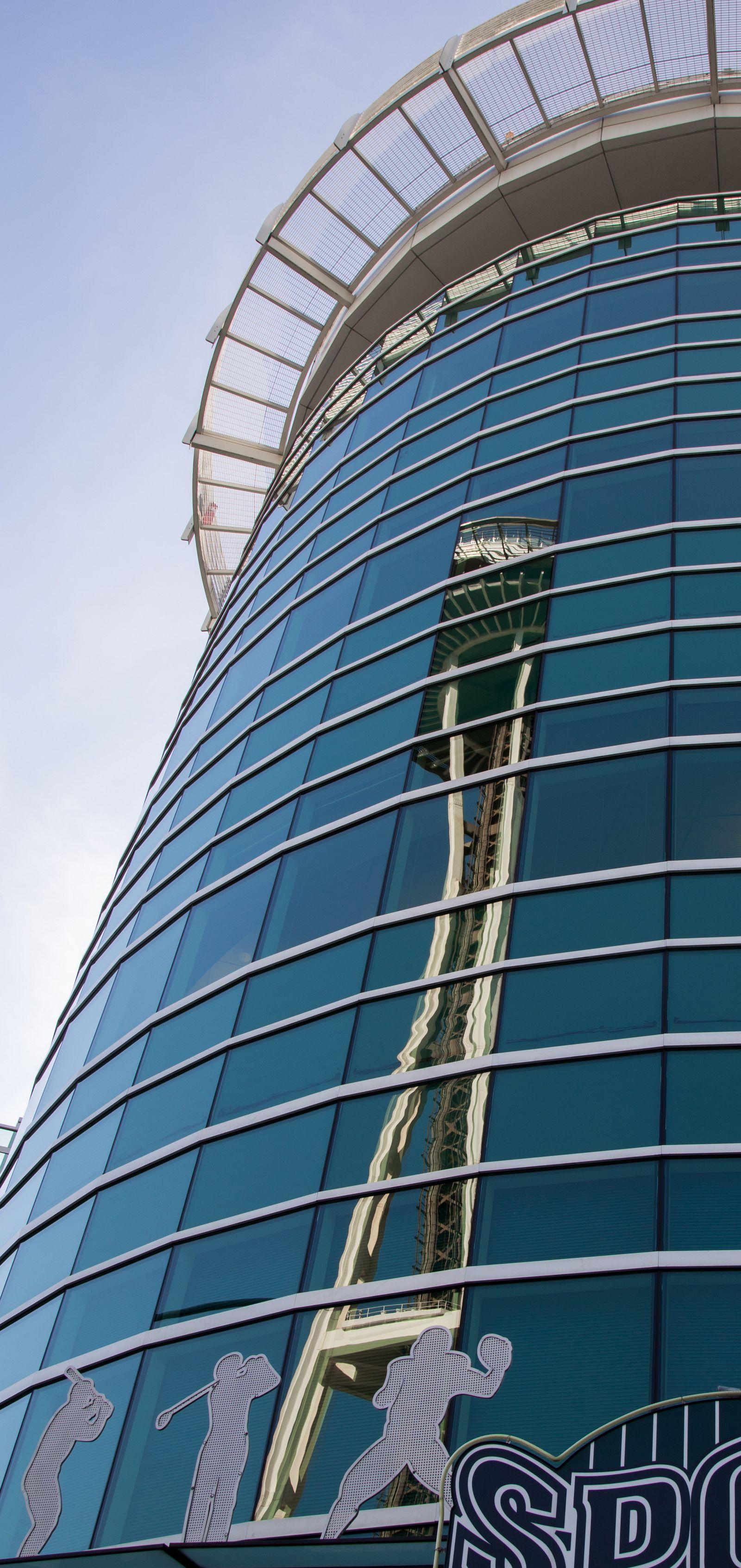 También reflejada en un edificio cercano...