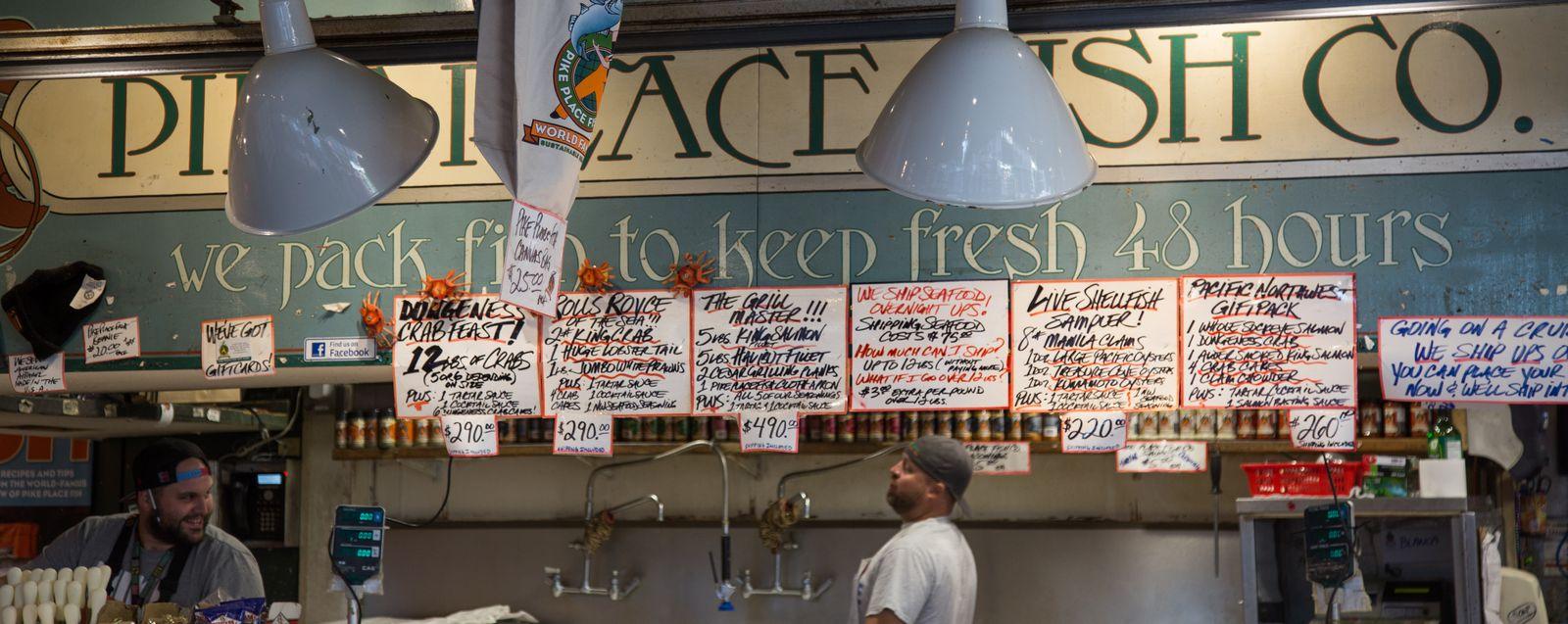 Detalle del puesto de los show-fishmongers