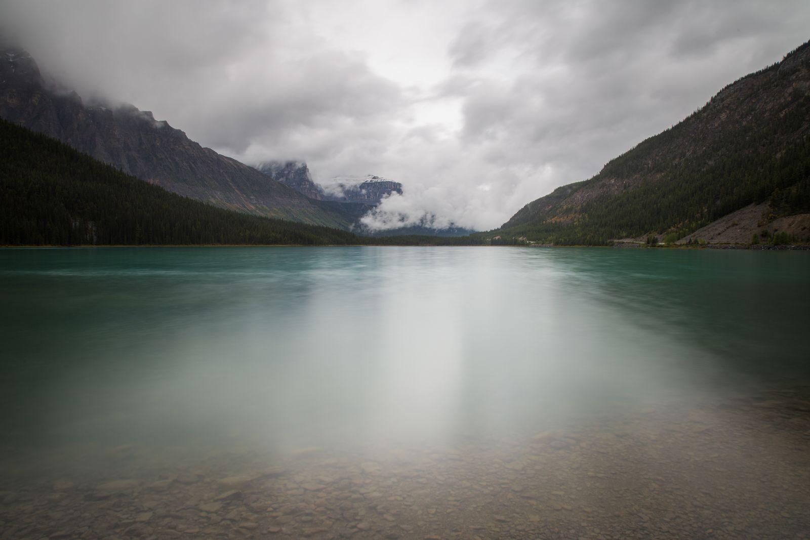 El Lower Waterfowl Lake bajo el mal tiempo