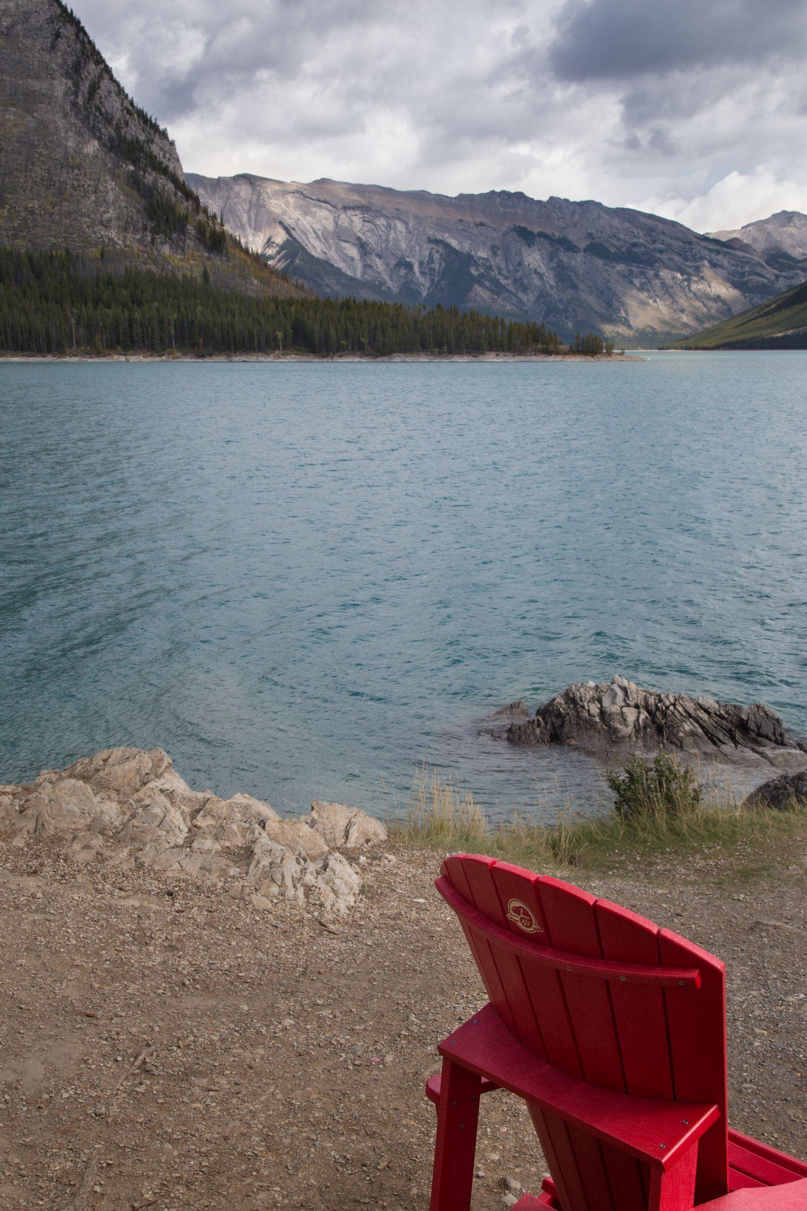 Más sillas rojas