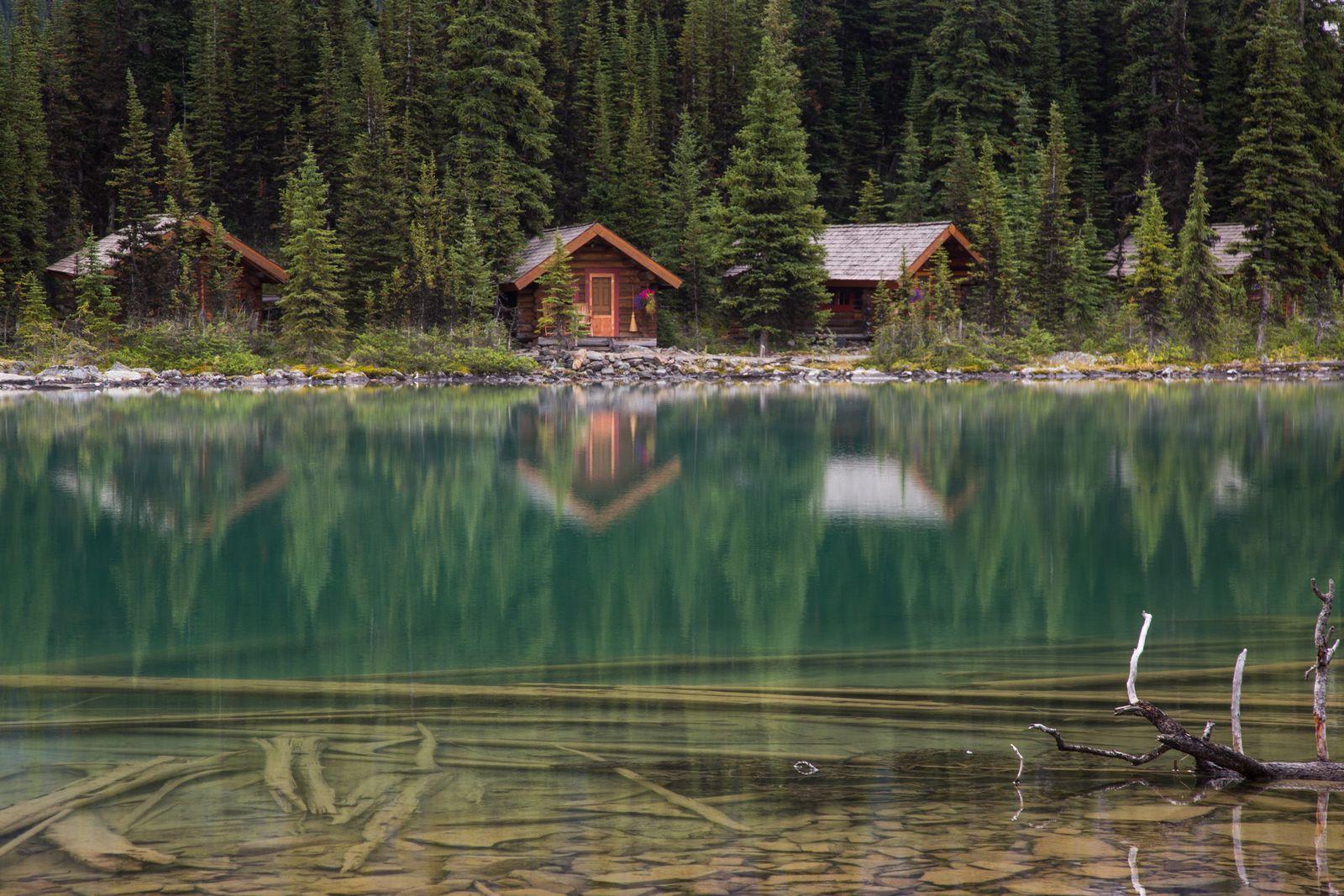 Detalle de varias de las cabañas a pie de lago
