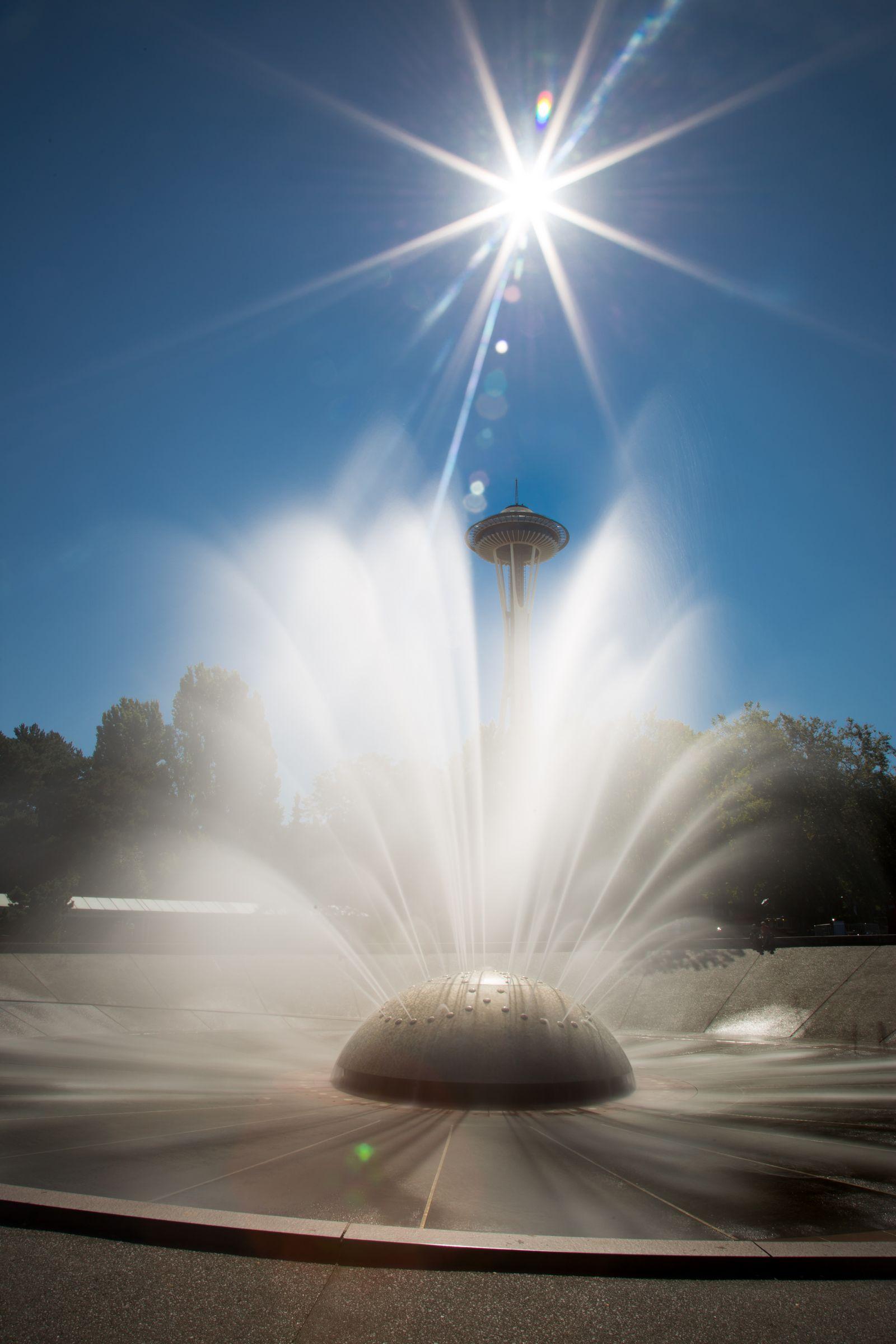 Agua por los aires frente al símbolo local