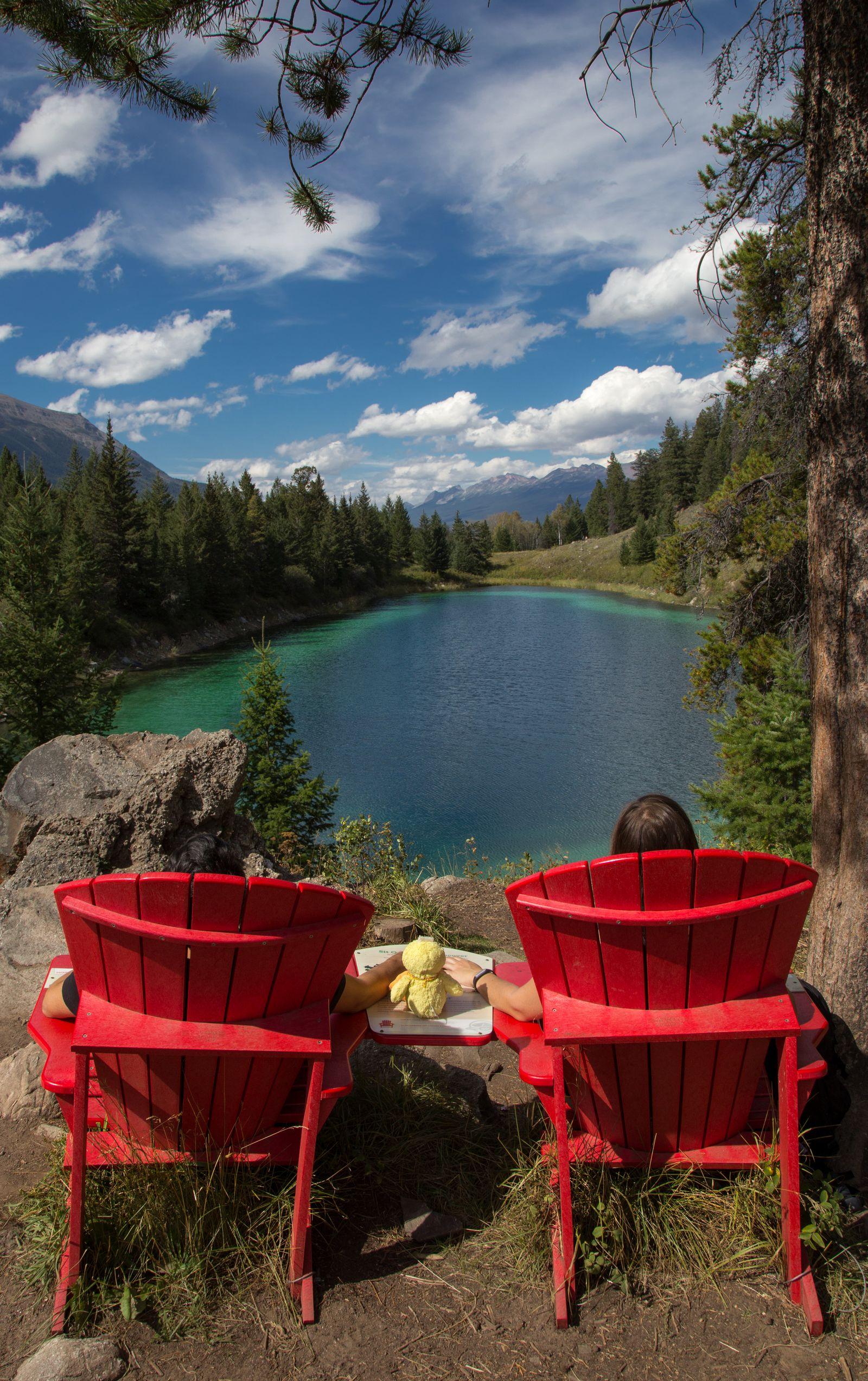 Las sillas rojas frente al cuarto lago