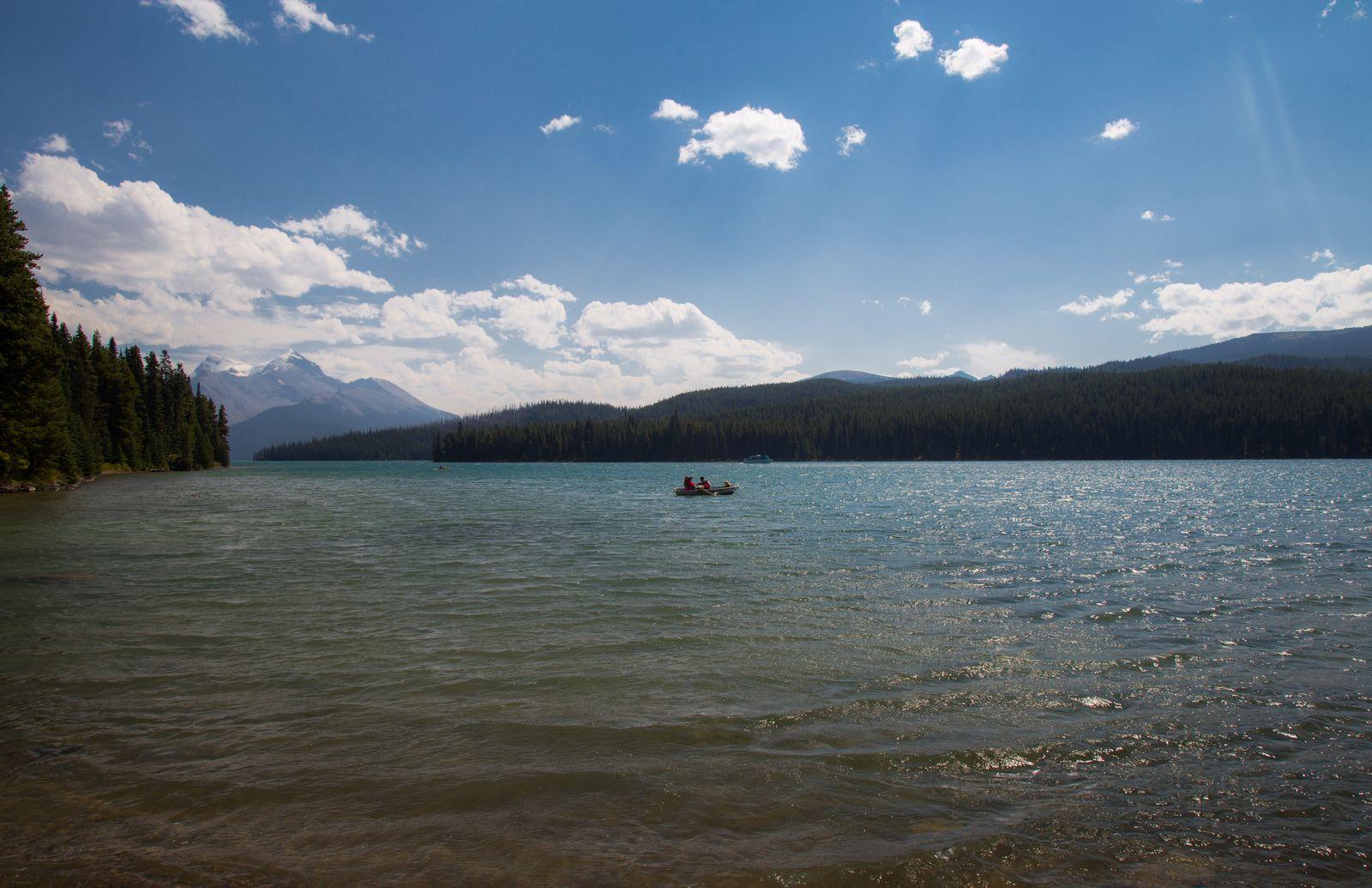 Vistas con barcas mientras comemos junto a Maligne Lake