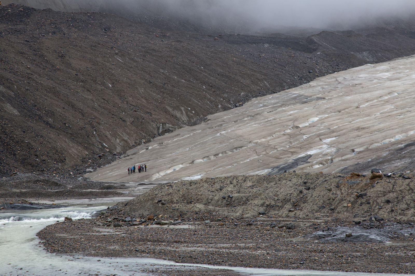 Primeros grupos del día preparándose para caminar sobre el glaciar