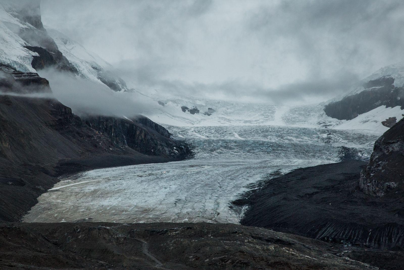 Aunque levemente, las nubes empiezan a permitir ver la lengua glaciar