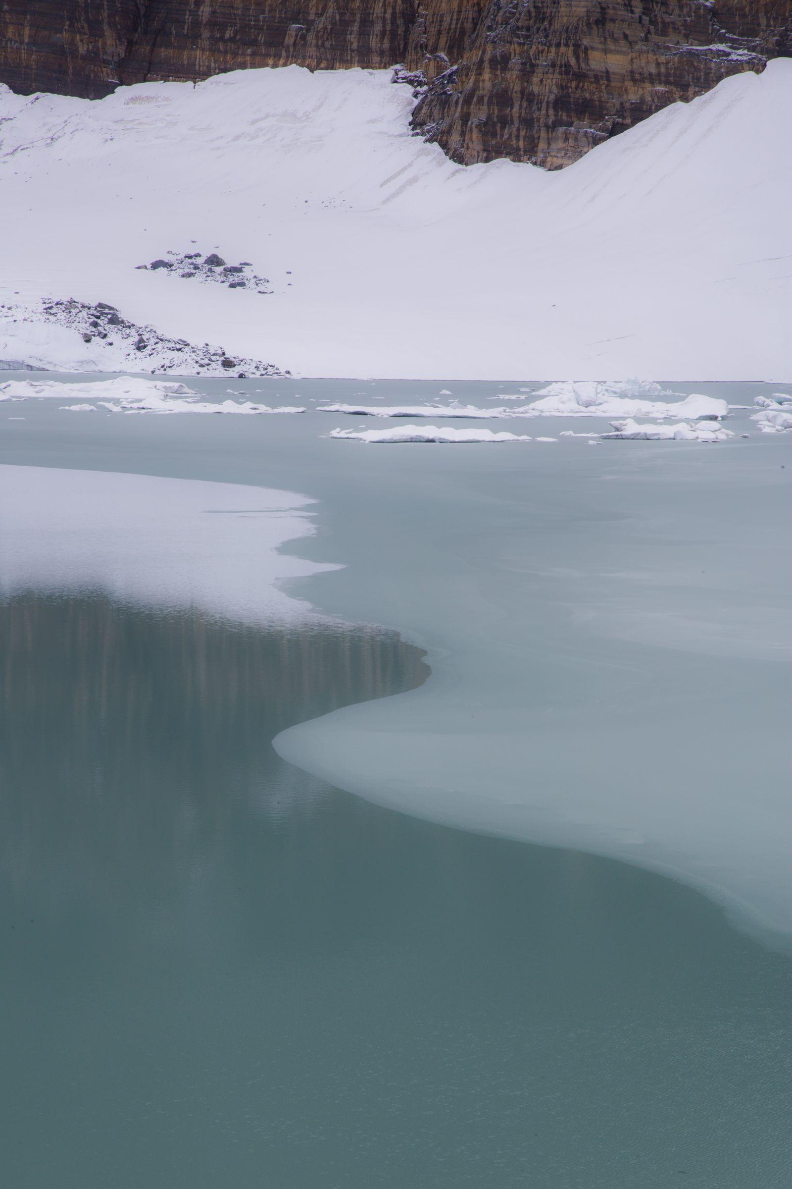 La fina, muy fina capa de hielo sobre el lago glaciar