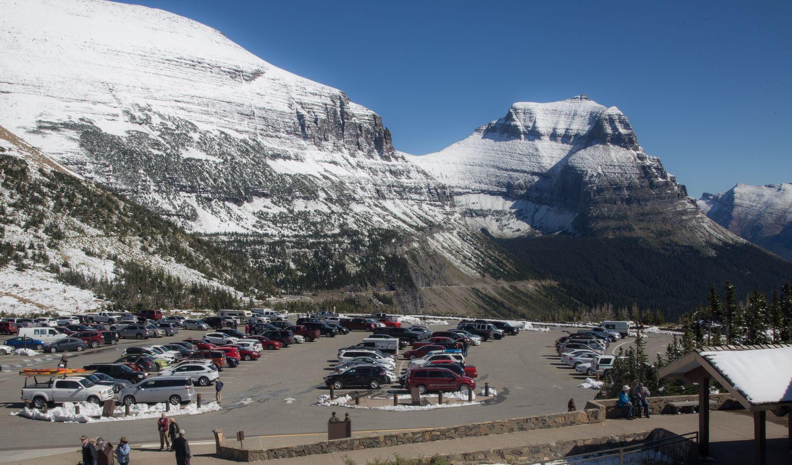 El poblado aparcamiento de Logan Pass