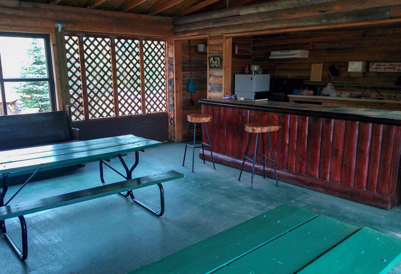 El interior de la cabaña comunitaria