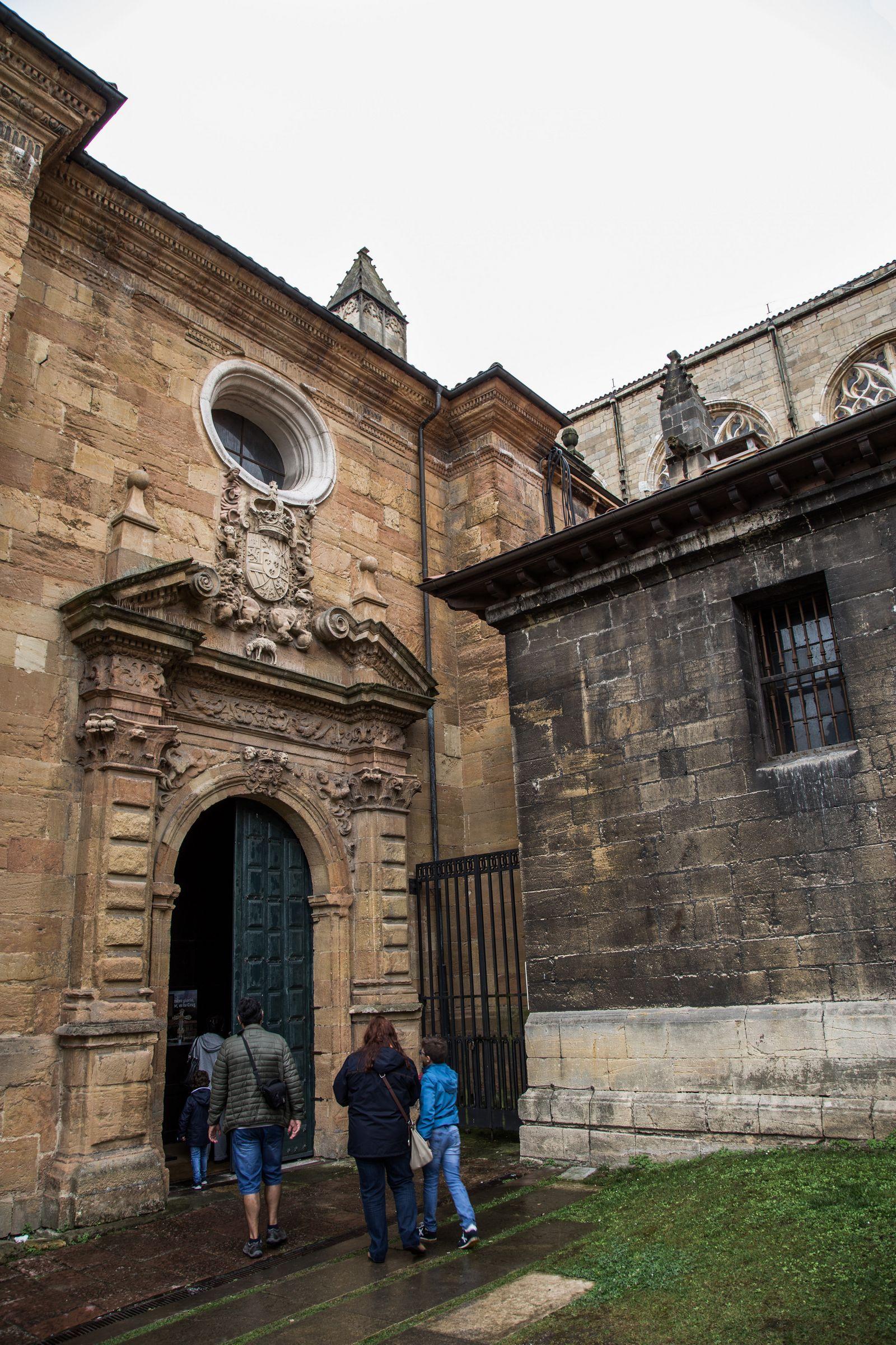 La entrada lateral a la catedral