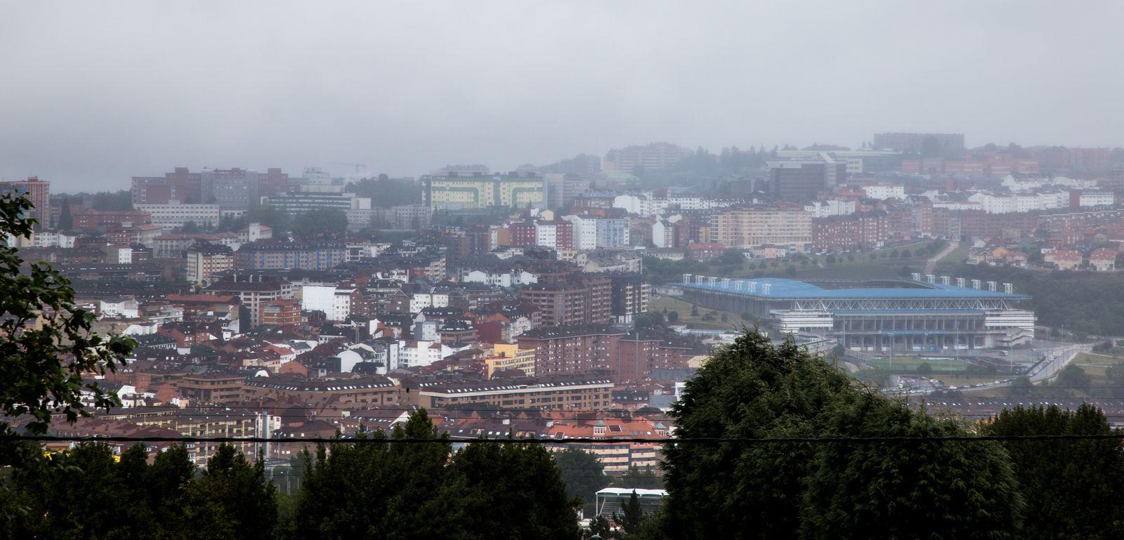 Carlos Tartiere y el resto de Oviedo tras la lluvia