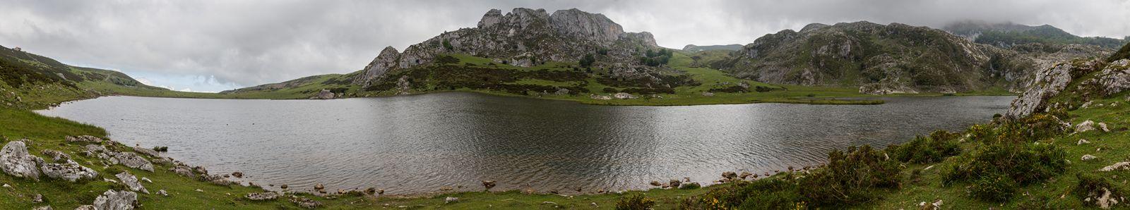 Pasando junto al Lago Ercina