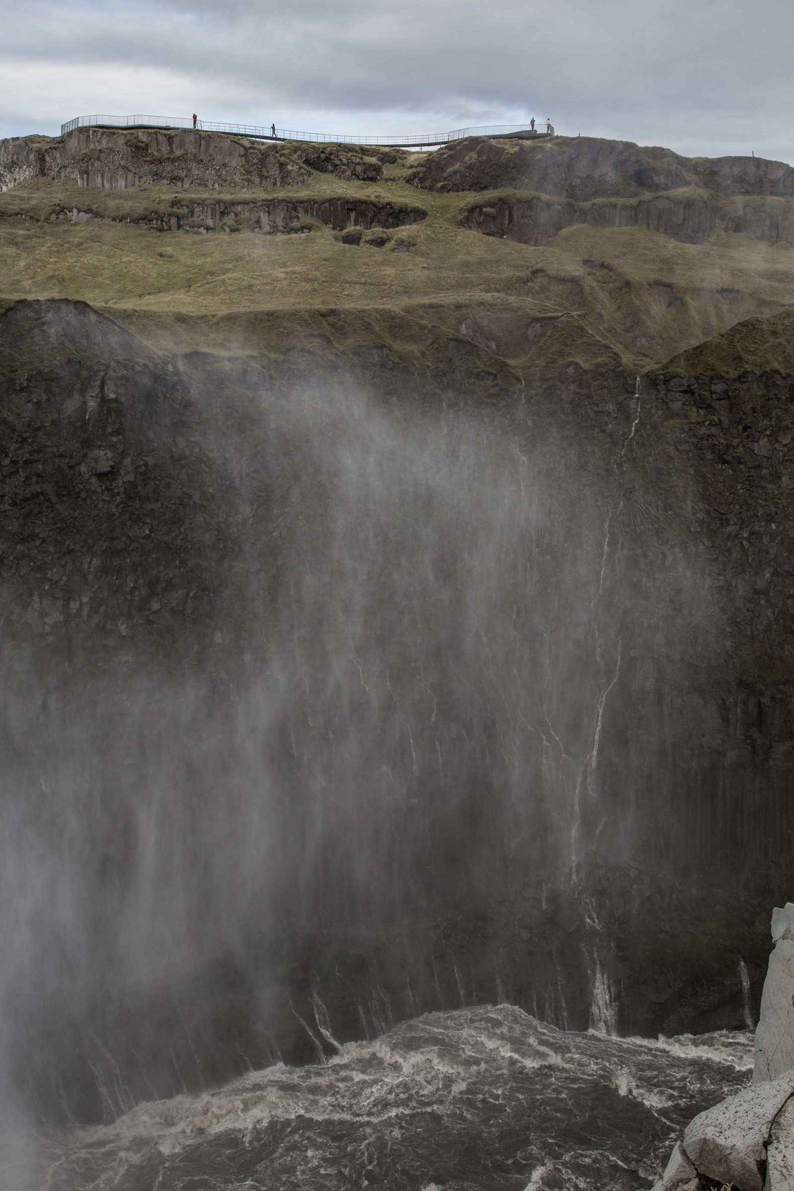 El agua no deja de flotar metros más adelante