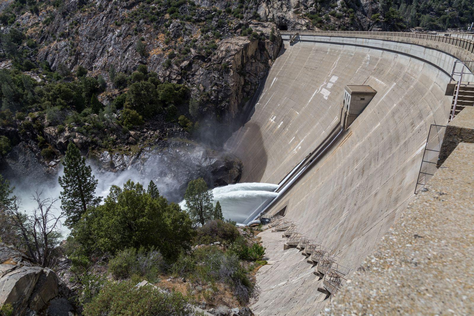 La O'Shaugnessy Dam escupiendo agua