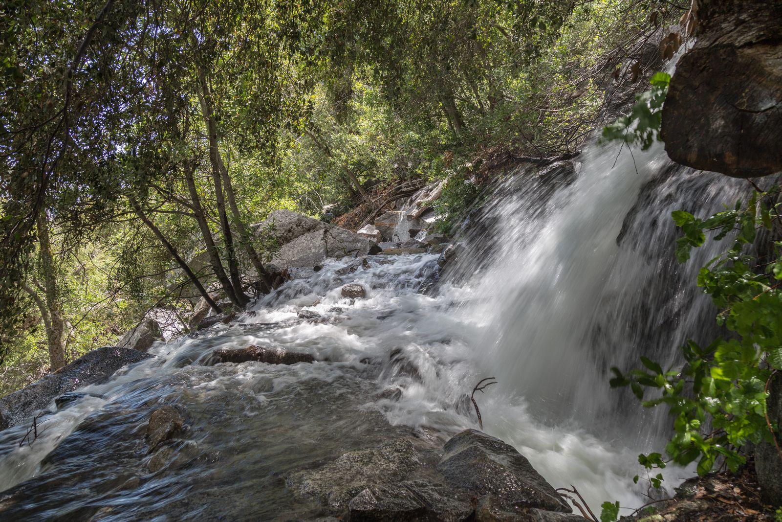 El agua que cae de Tueeulala inunda por completo el camino