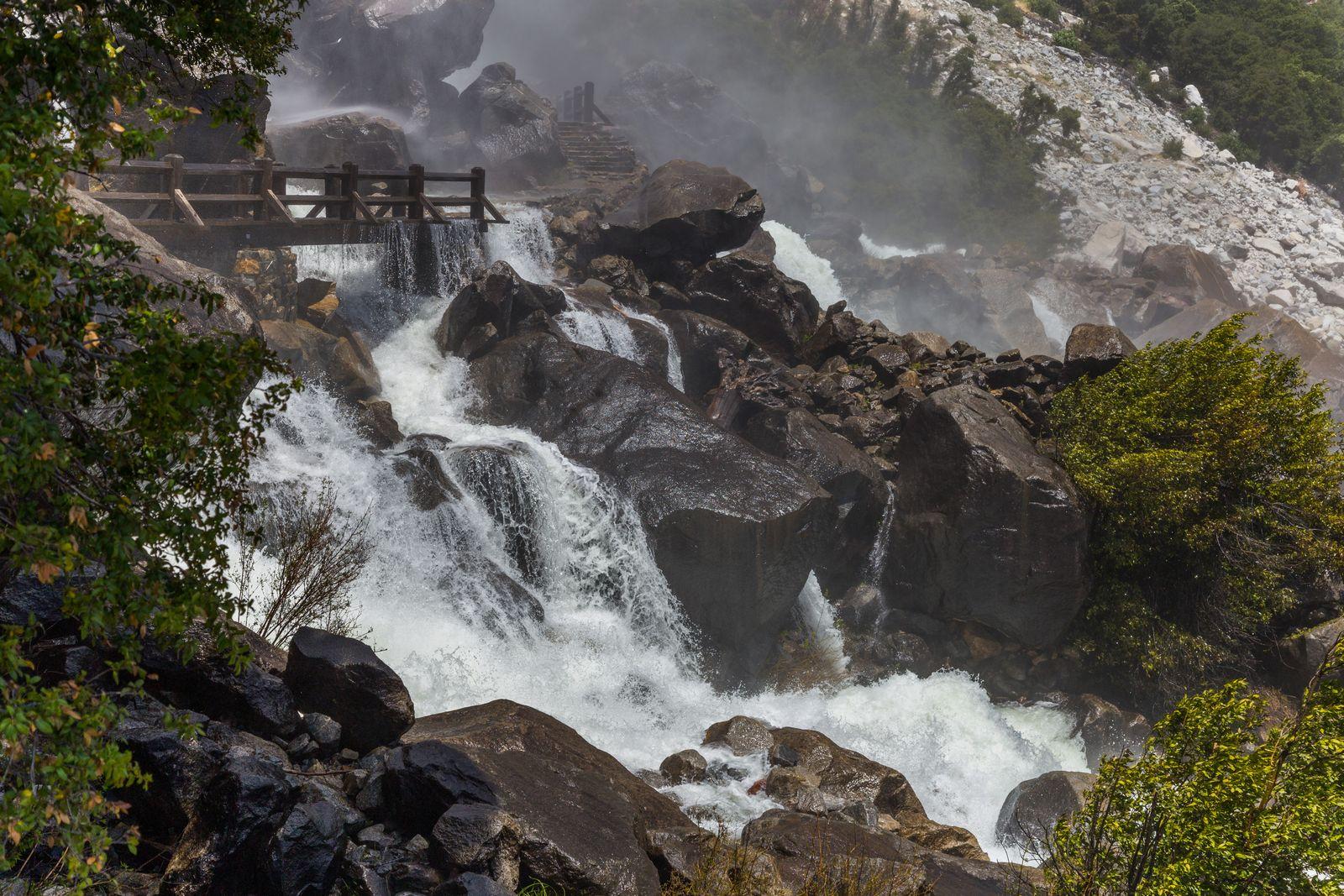 El agua inundando los puentes