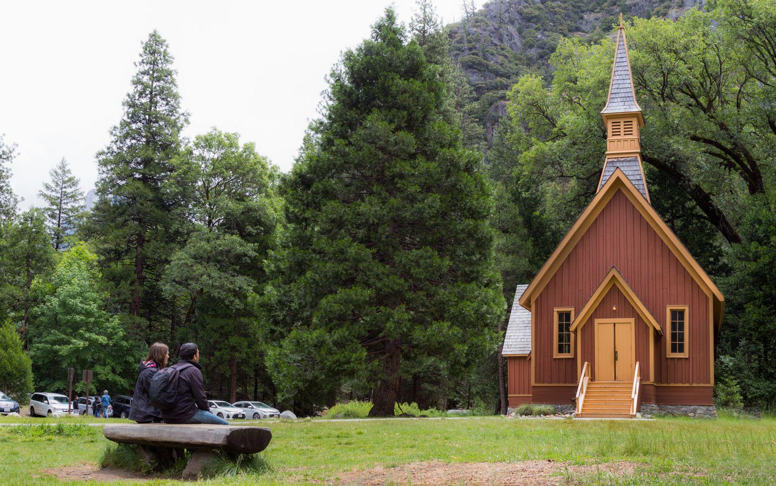 Relajados junto a la capilla